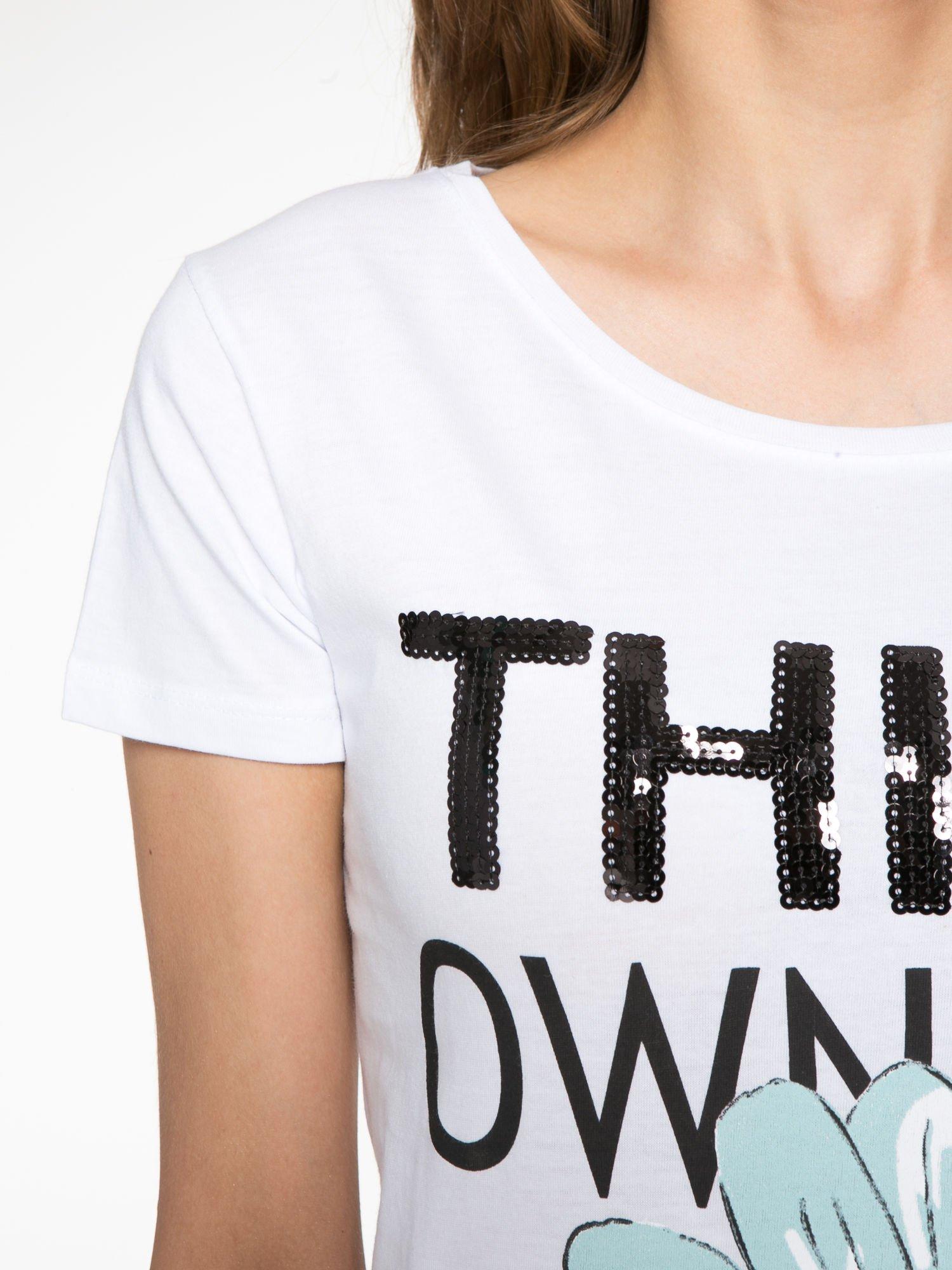 Biały t-shirt z nadrukiem stokrotki z dżetami                                  zdj.                                  5