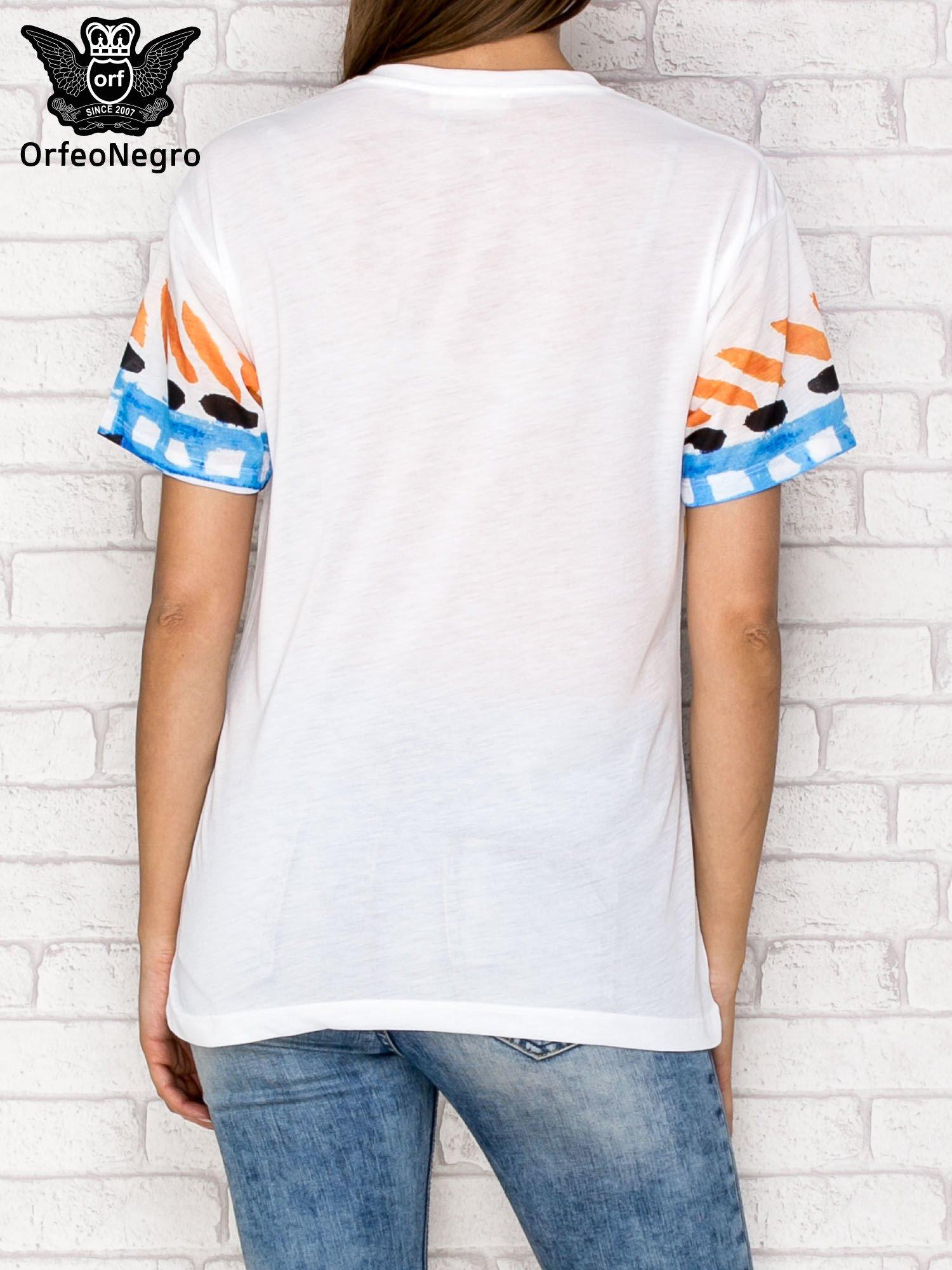 Biały t-shirt z nadrukiem twarzy                                  zdj.                                  2