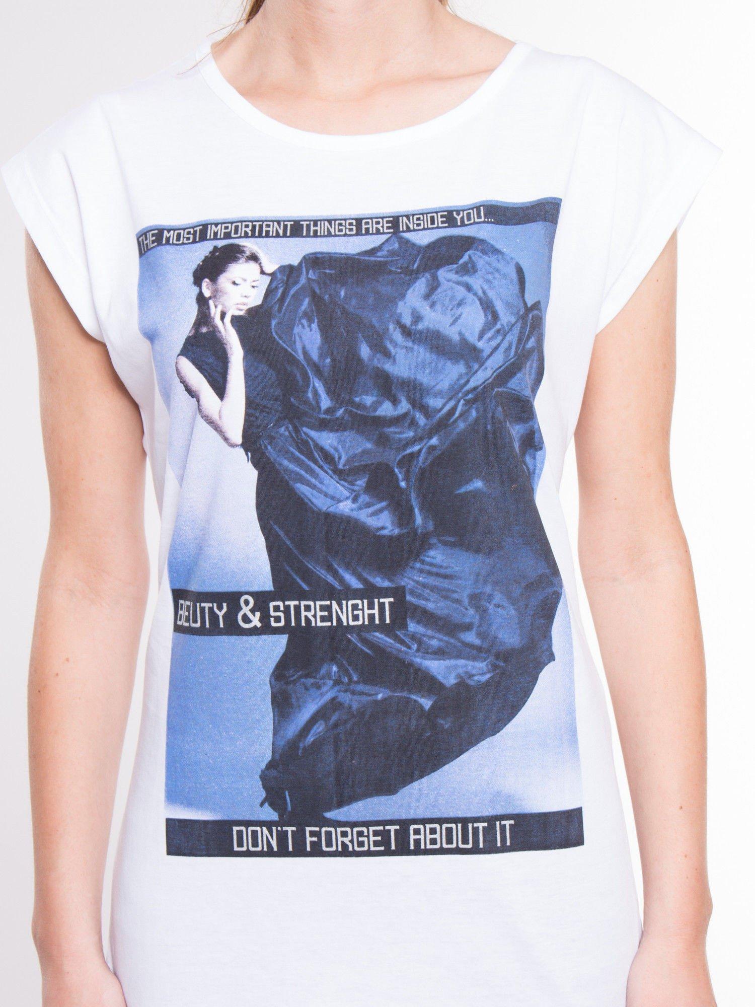 Biały t-shirt z nadrukiem w stylu high fashion                                  zdj.                                  4