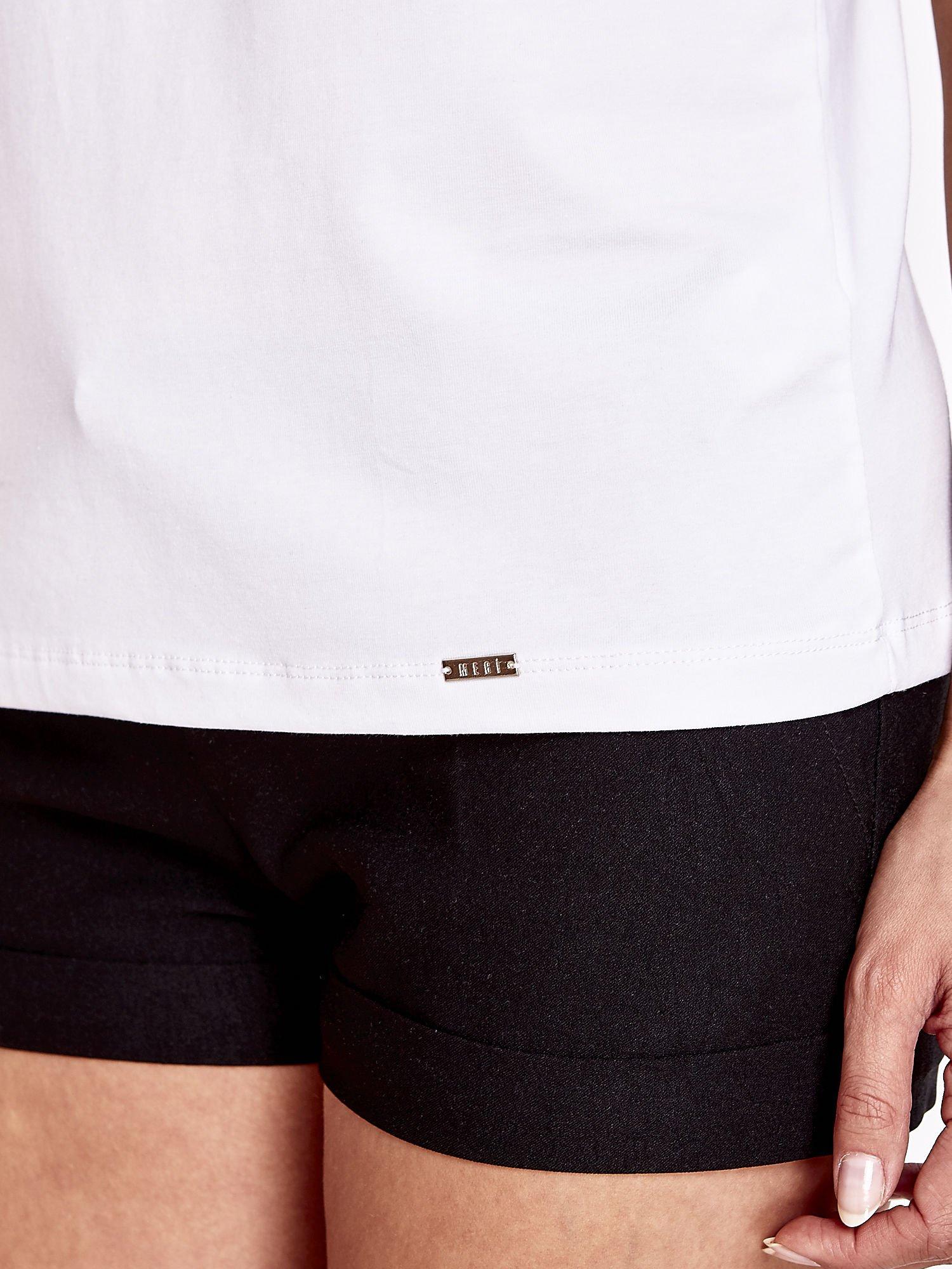 Biały t-shirt z napisem JE T'AIME i dekoltem na plecach                                  zdj.                                  6