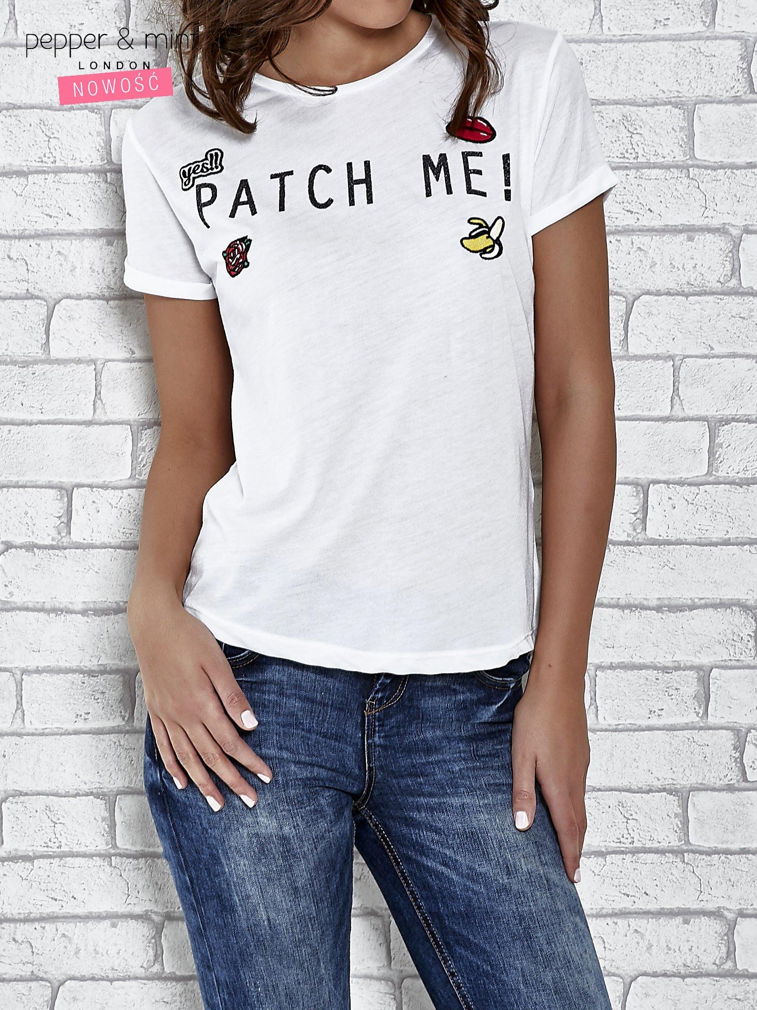 Biały t-shirt z napisem PATCH ME                                  zdj.                                  1
