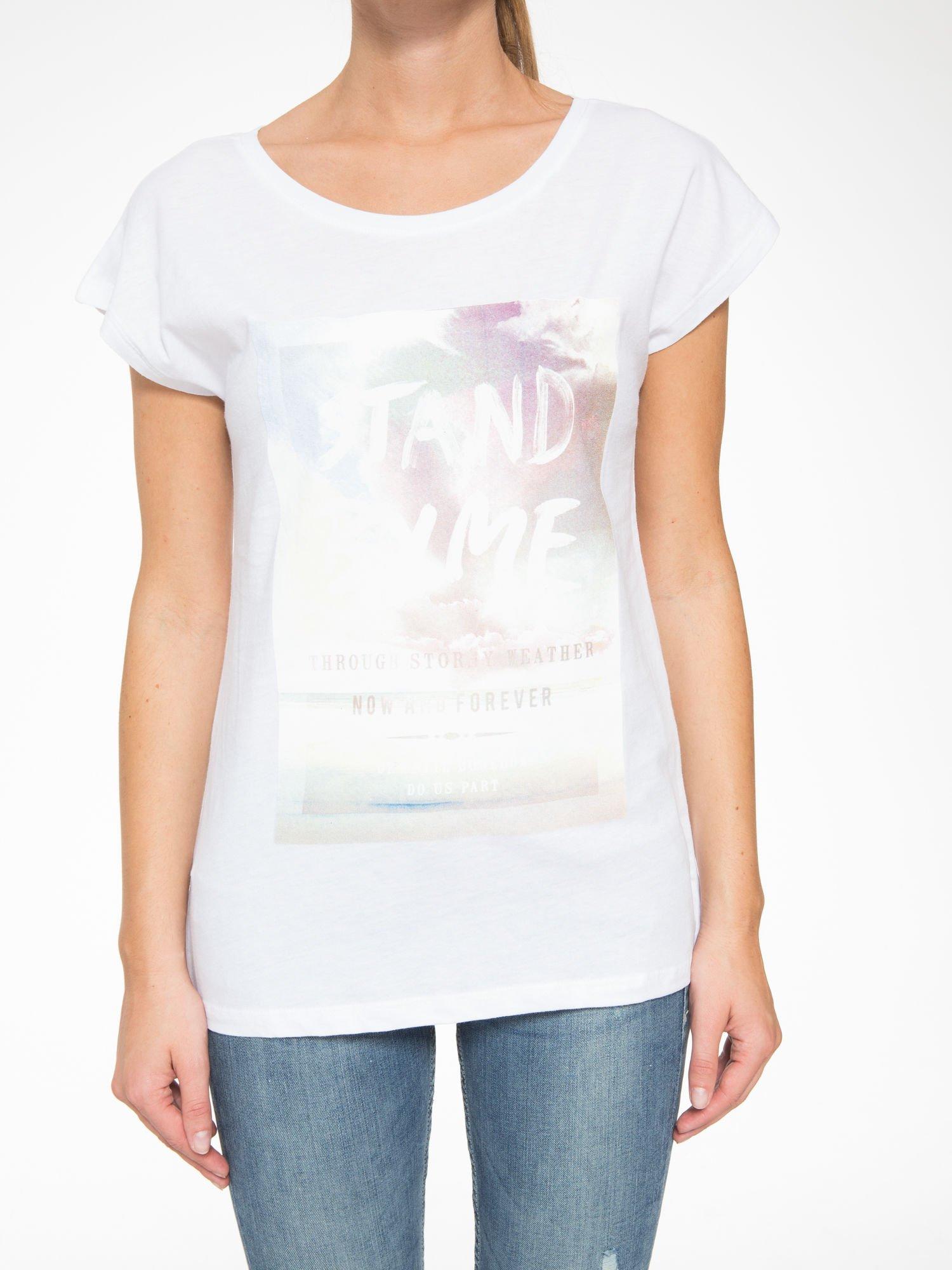 Biały t-shirt z napisem STAND BY ME                                  zdj.                                  8