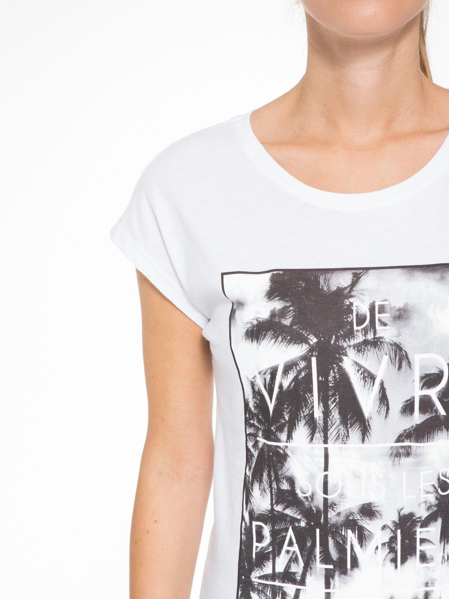 Biały t-shirt z tropikalnym nadrukiem                                  zdj.                                  6