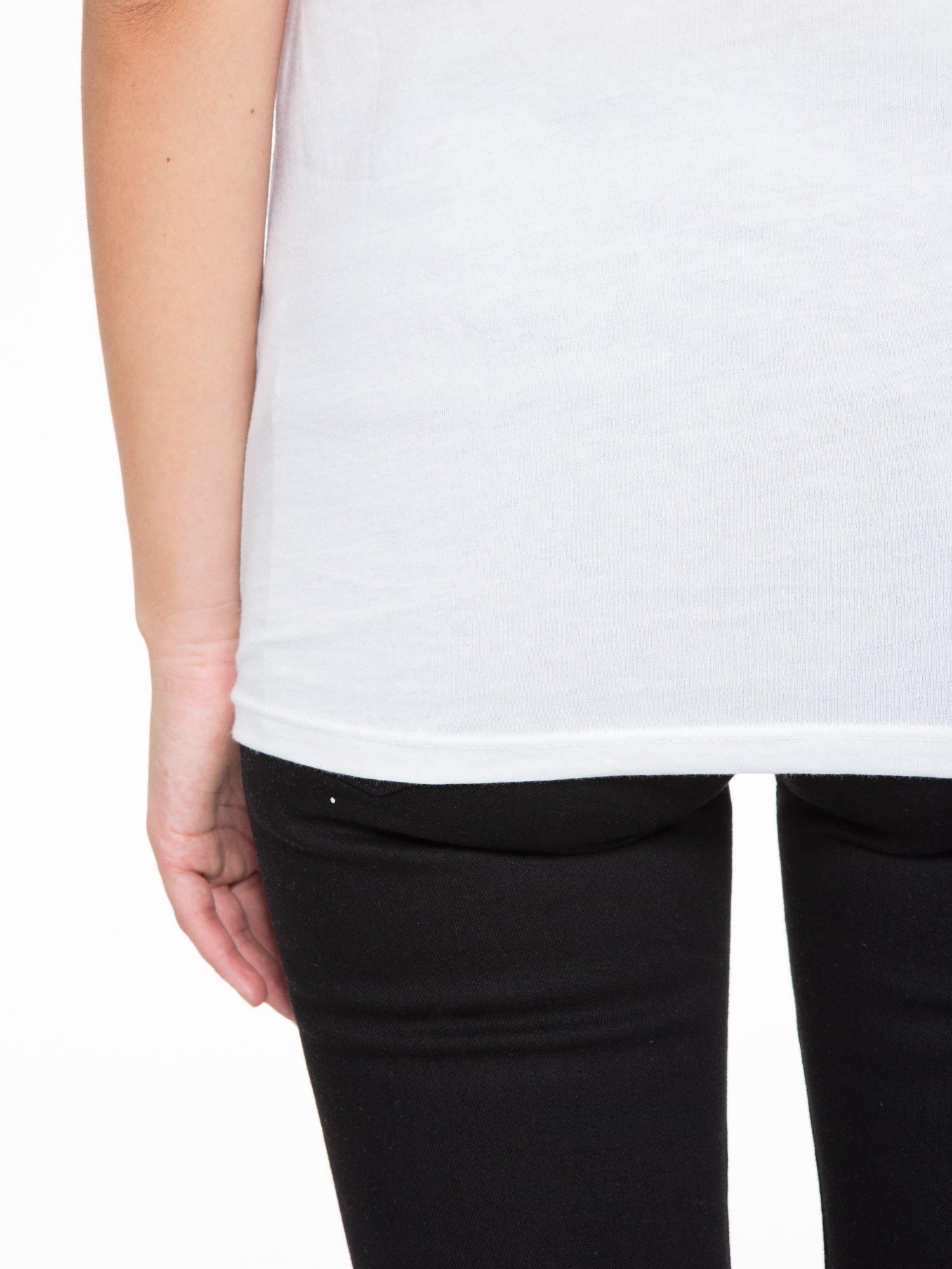 Biały t-shirt z tropikalnym nadrukiem                                  zdj.                                  9