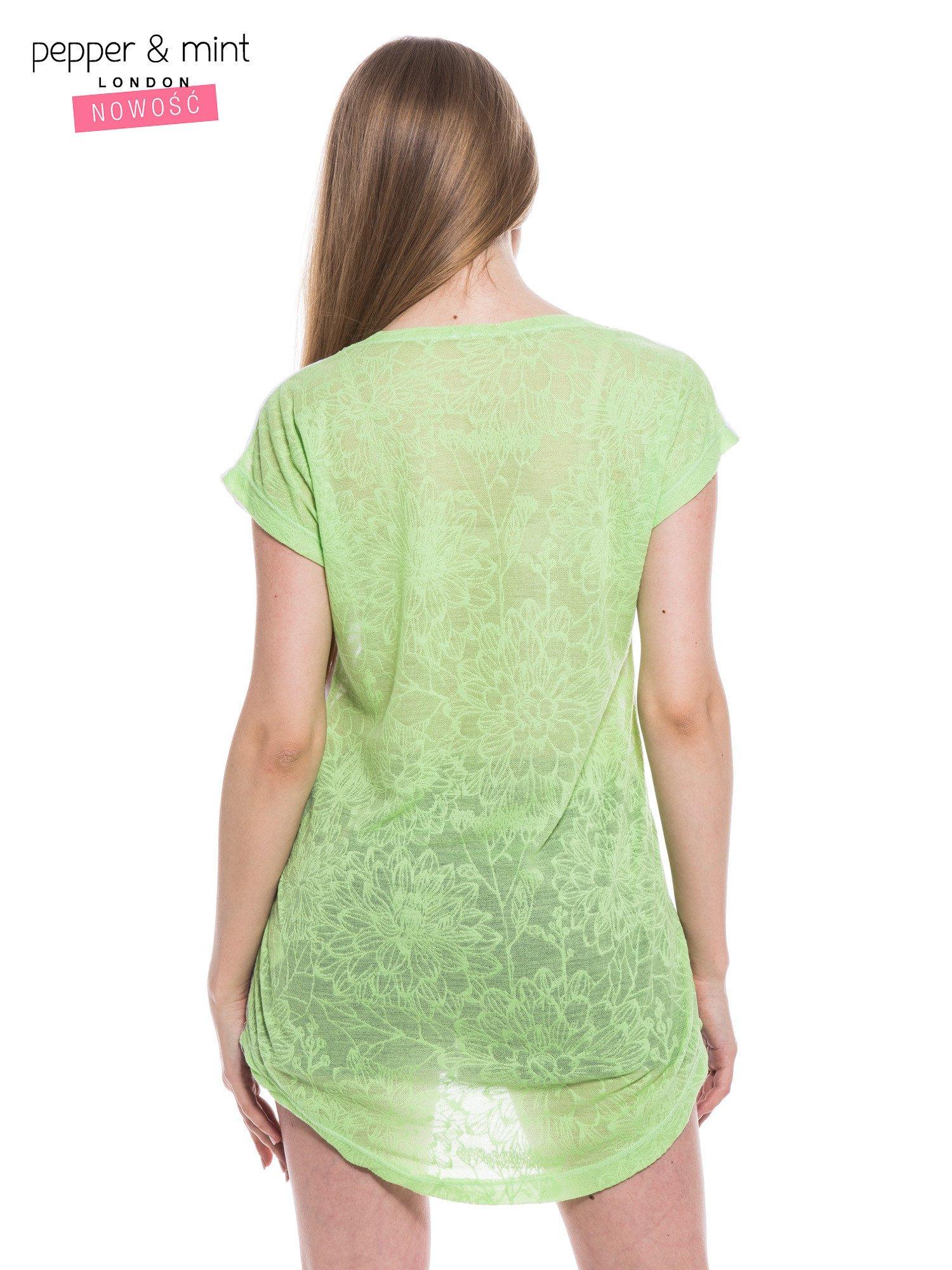 Biały t-shirt z wydłużanym tyłem w kolorze zieleni                                  zdj.                                  4