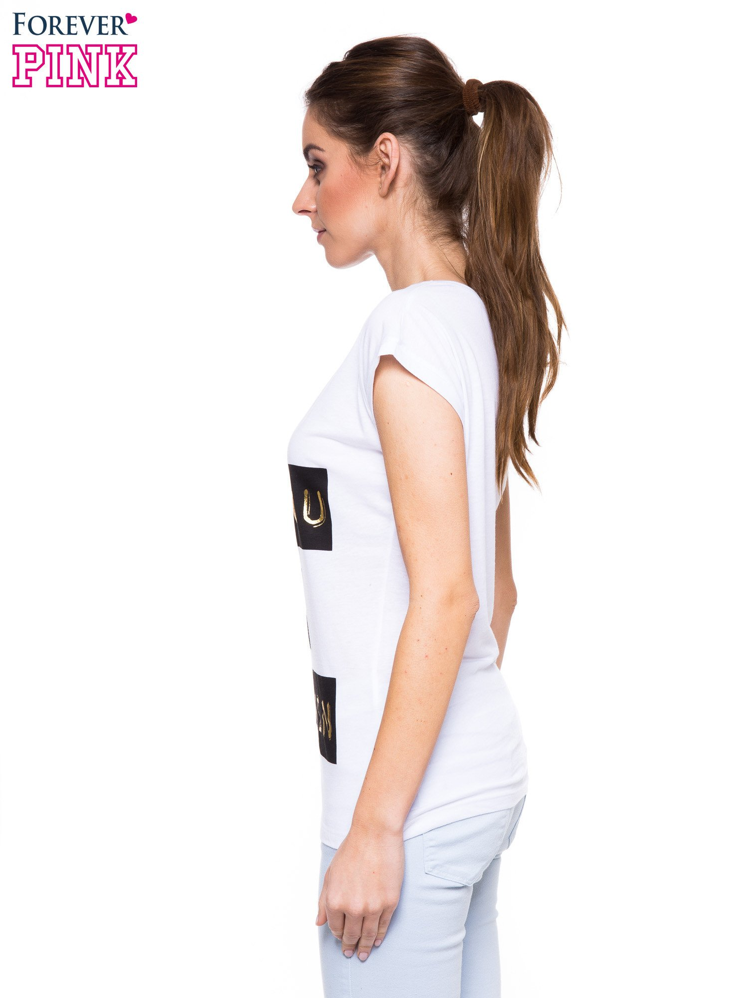 Biały t-shirt ze złotym nadrukiem tekstowym I'VE GOT YOU UNDER MY SKIN                                  zdj.                                  2