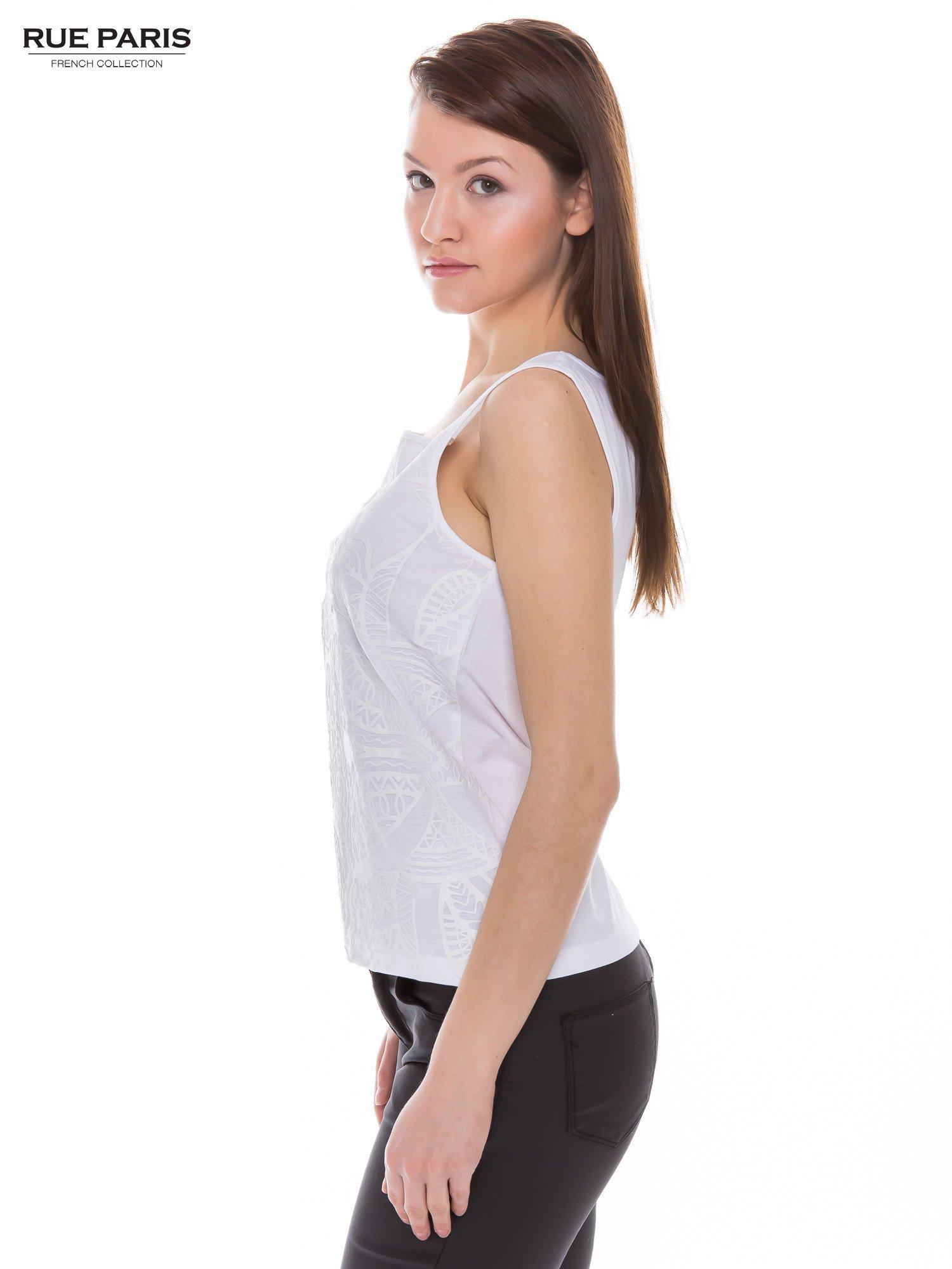Biały top na grubych ramiączkach z ornamentowym nadrukiem                                  zdj.                                  2