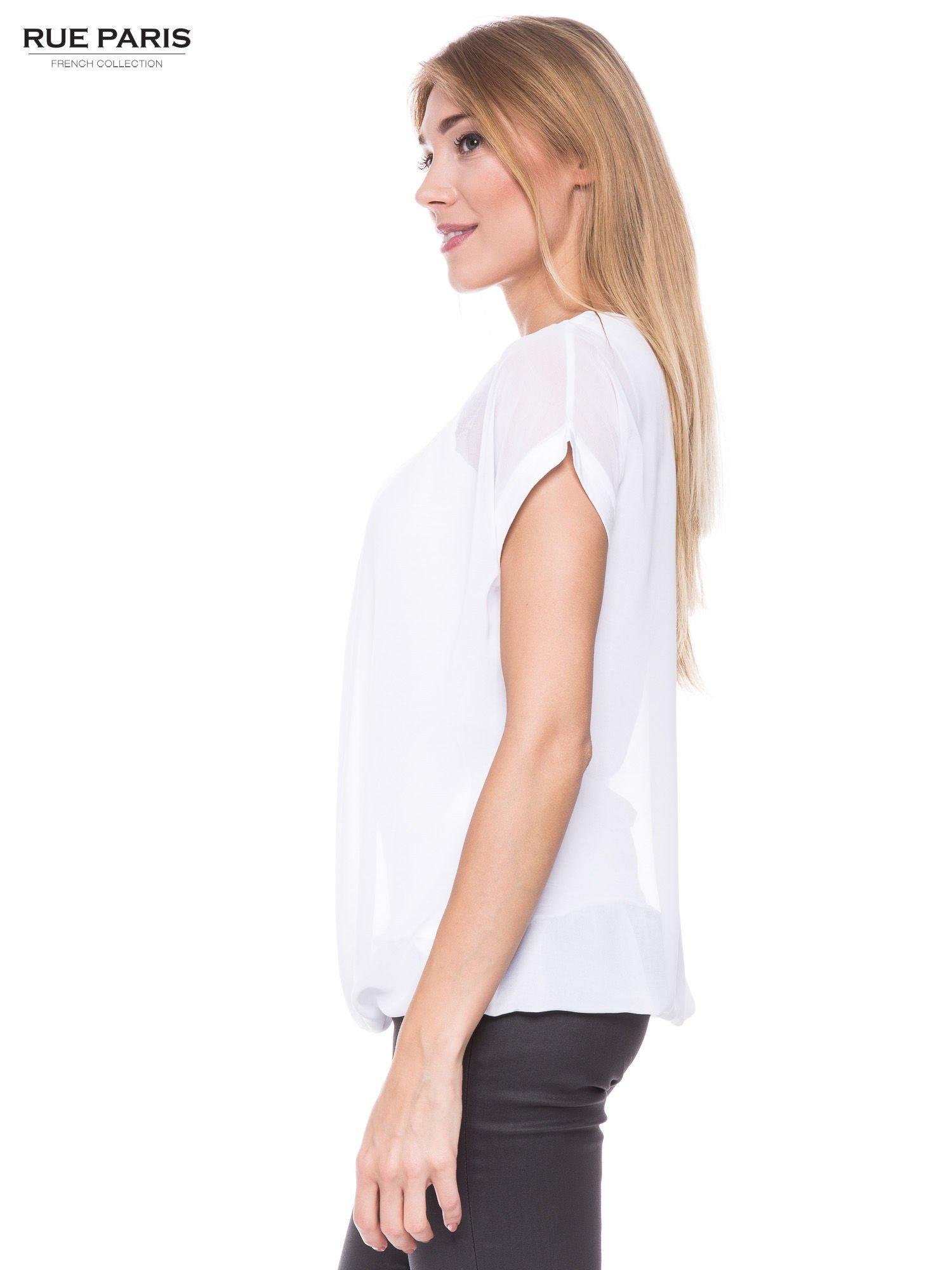 Biały zwiewny t-shirt z plisami na dekolcie                                  zdj.                                  2