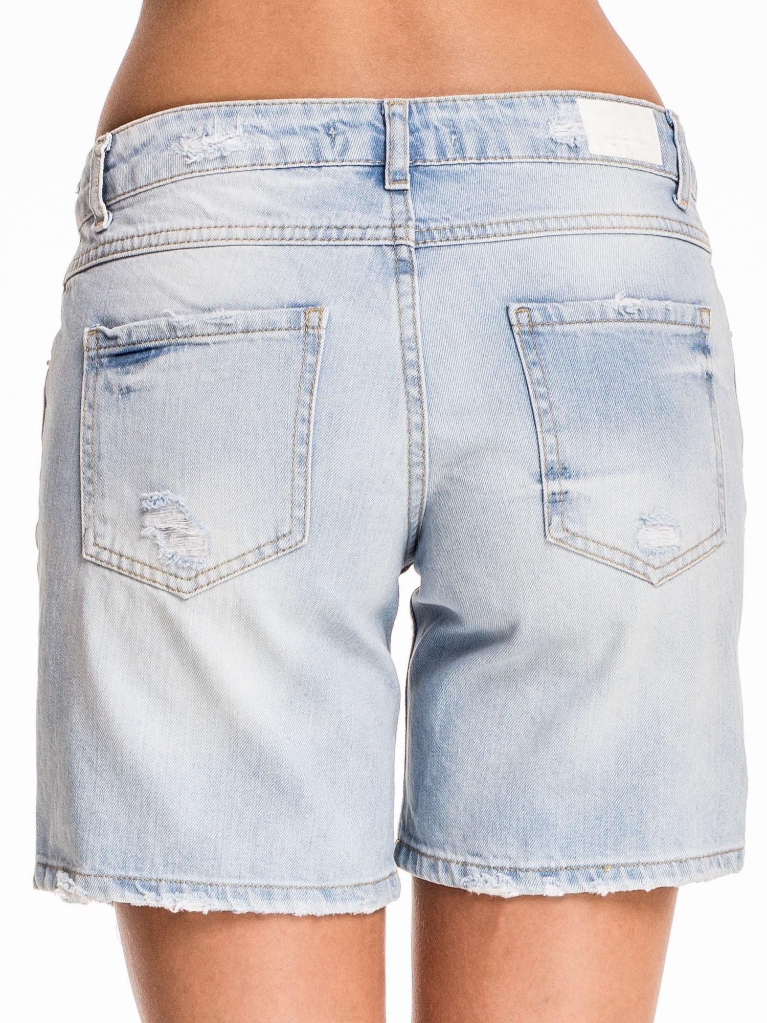 Błękitne jeansowe szorty z przetarciami                                  zdj.                                  2