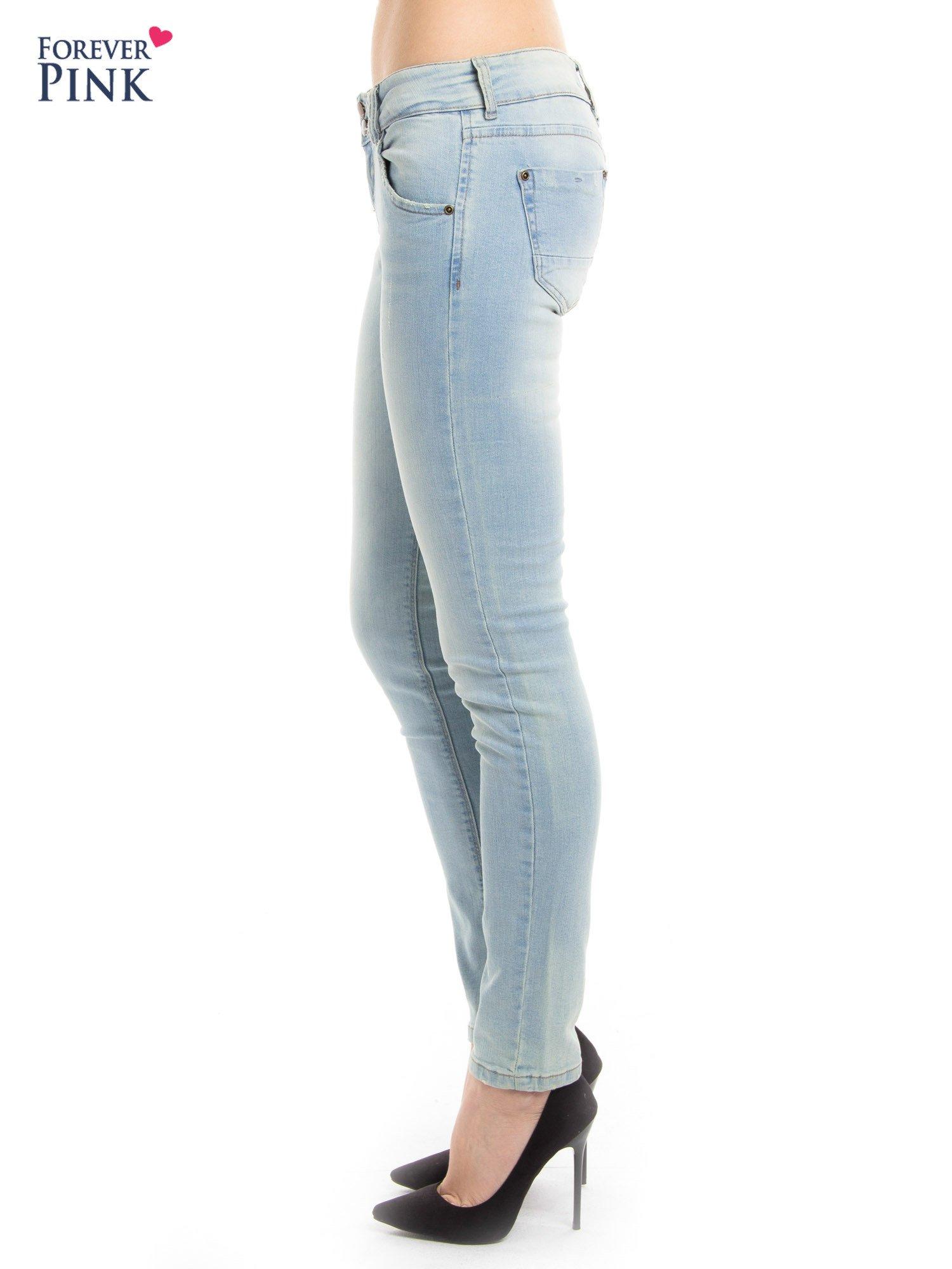 Błękitne jeansy biodrówki na dwa guziki                                  zdj.                                  2