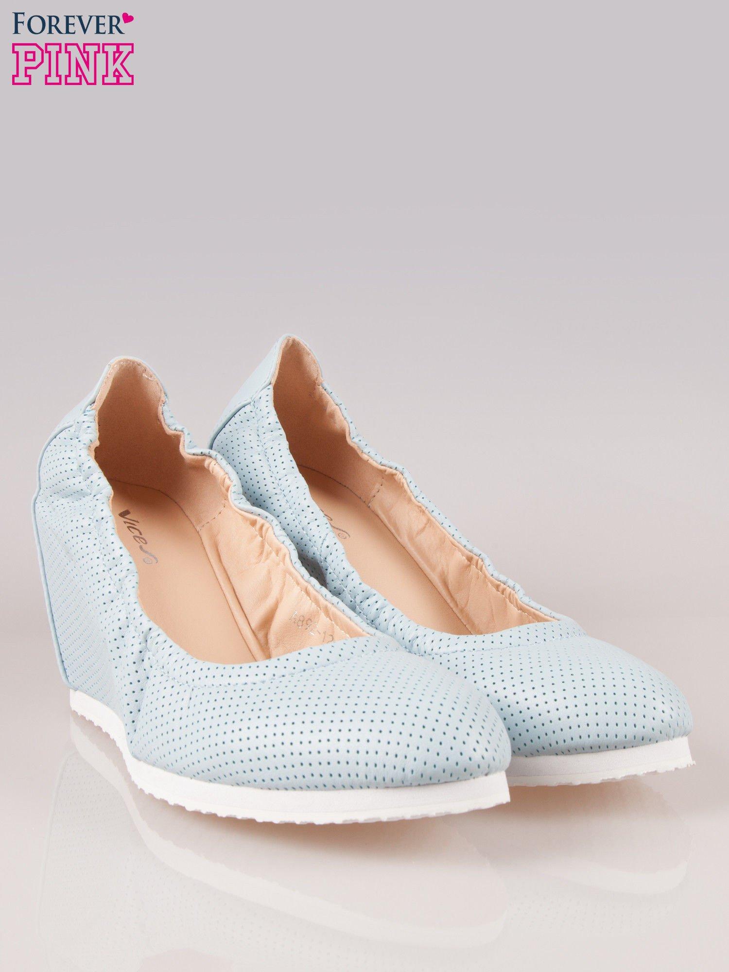 Błękitne siateczkowe buty na koturnie                                  zdj.                                  2
