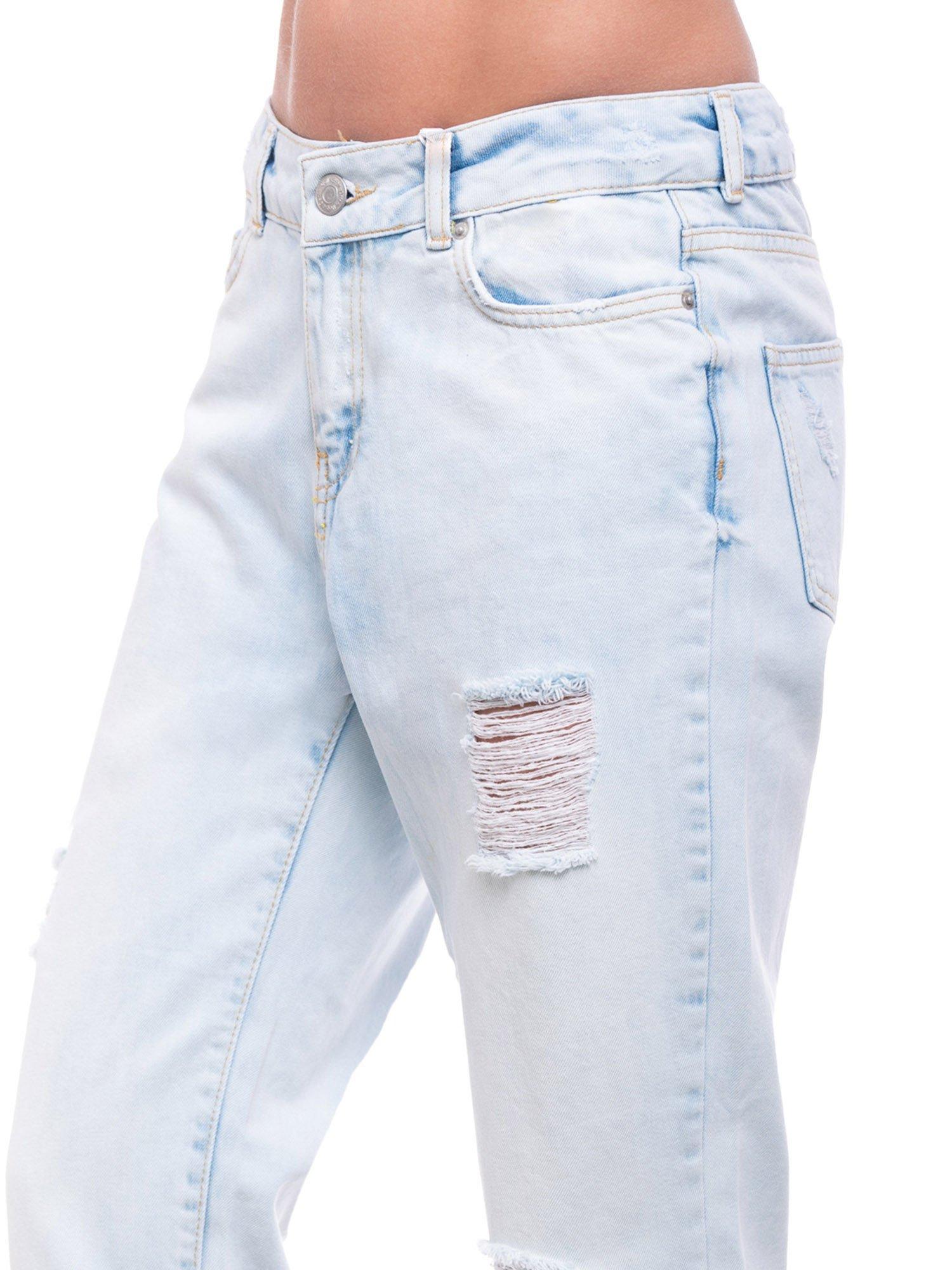 Błękitne spodnie girlfriend jeans z dziurami                                  zdj.                                  6