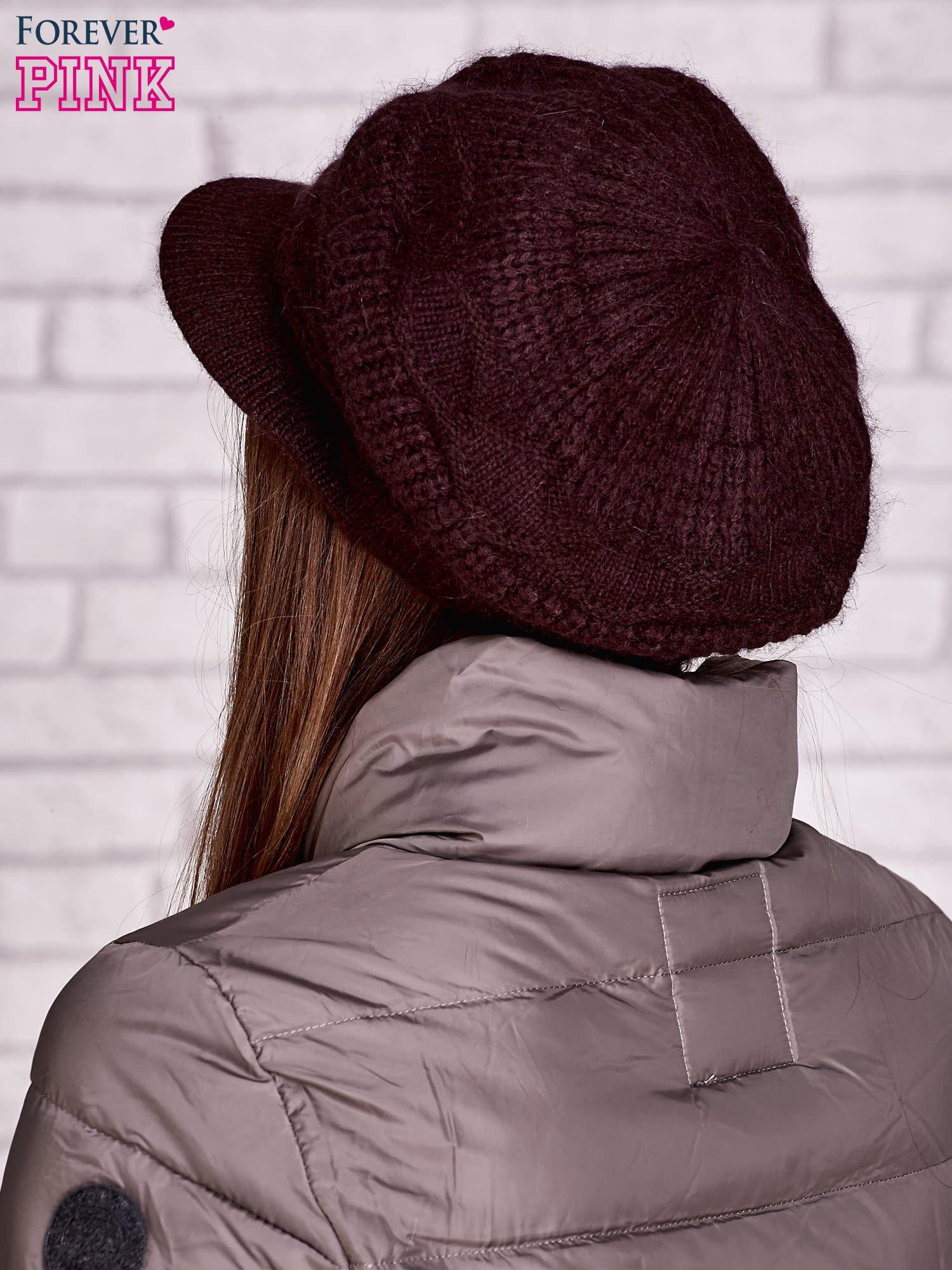 Bordowa dziergana czapka z daszkiem                                   zdj.                                  3