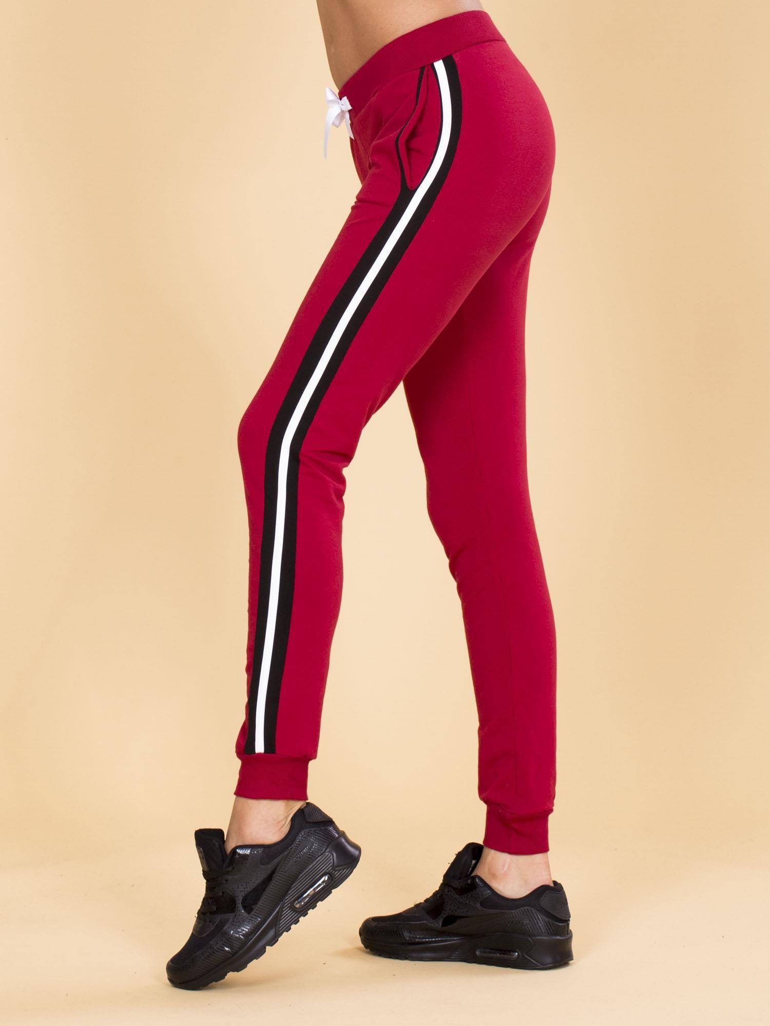 b0d1722225de5f Bordowe damskie spodnie dresowe z lampasami - Spodnie Dresowe ...