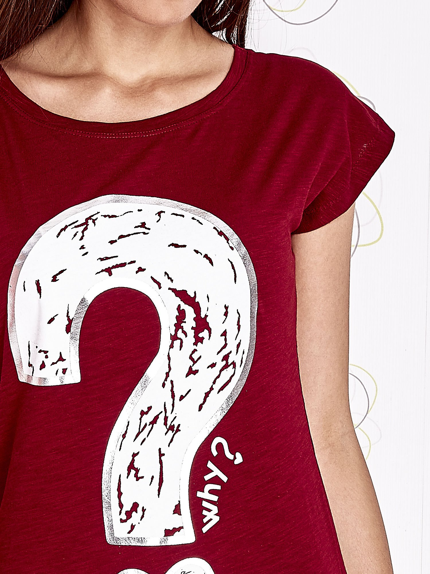 Bordowy t-shirt z nadrukiem znaku zapytania                                  zdj.                                  5