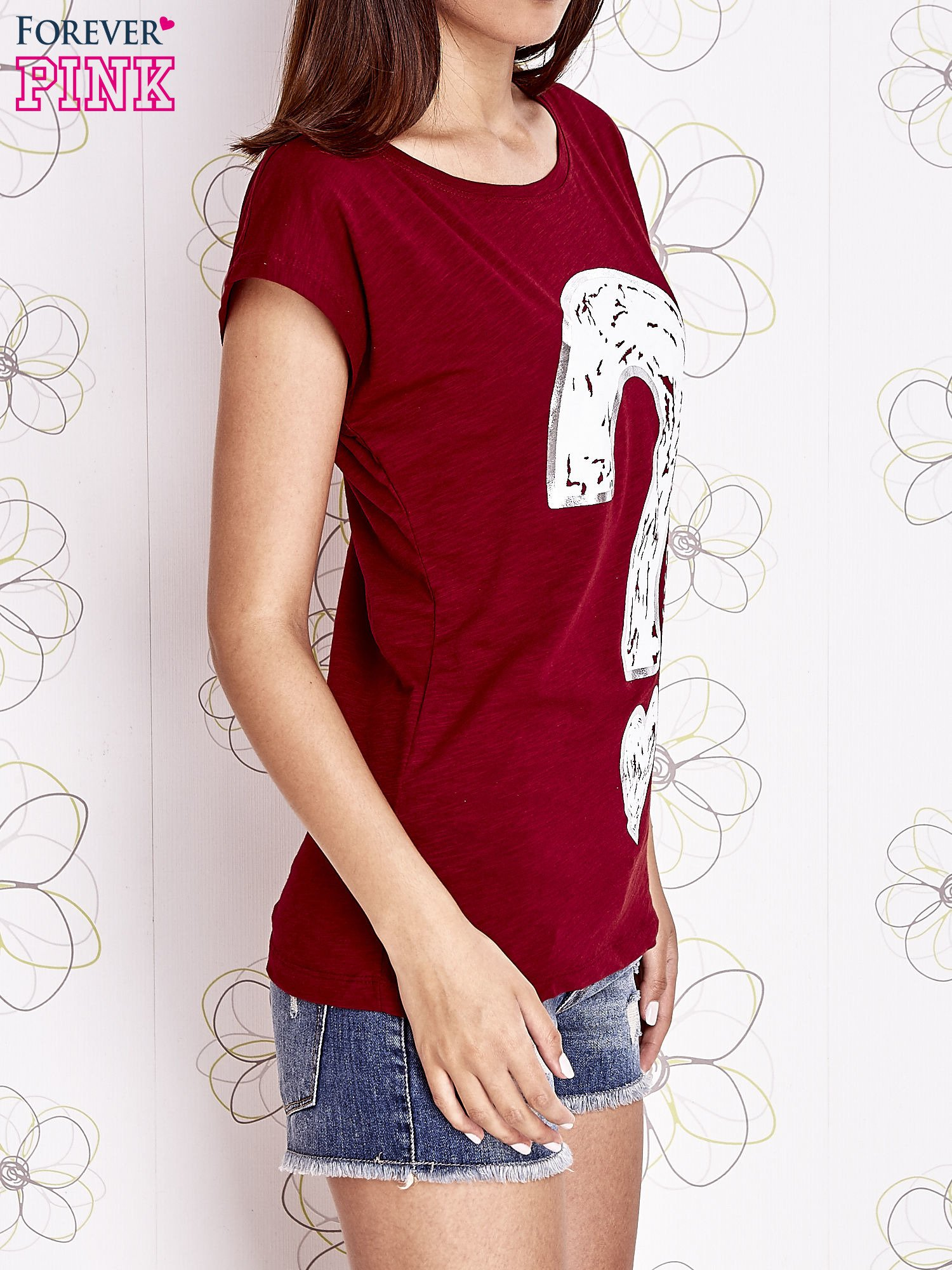 Bordowy t-shirt z nadrukiem znaku zapytania                                  zdj.                                  3