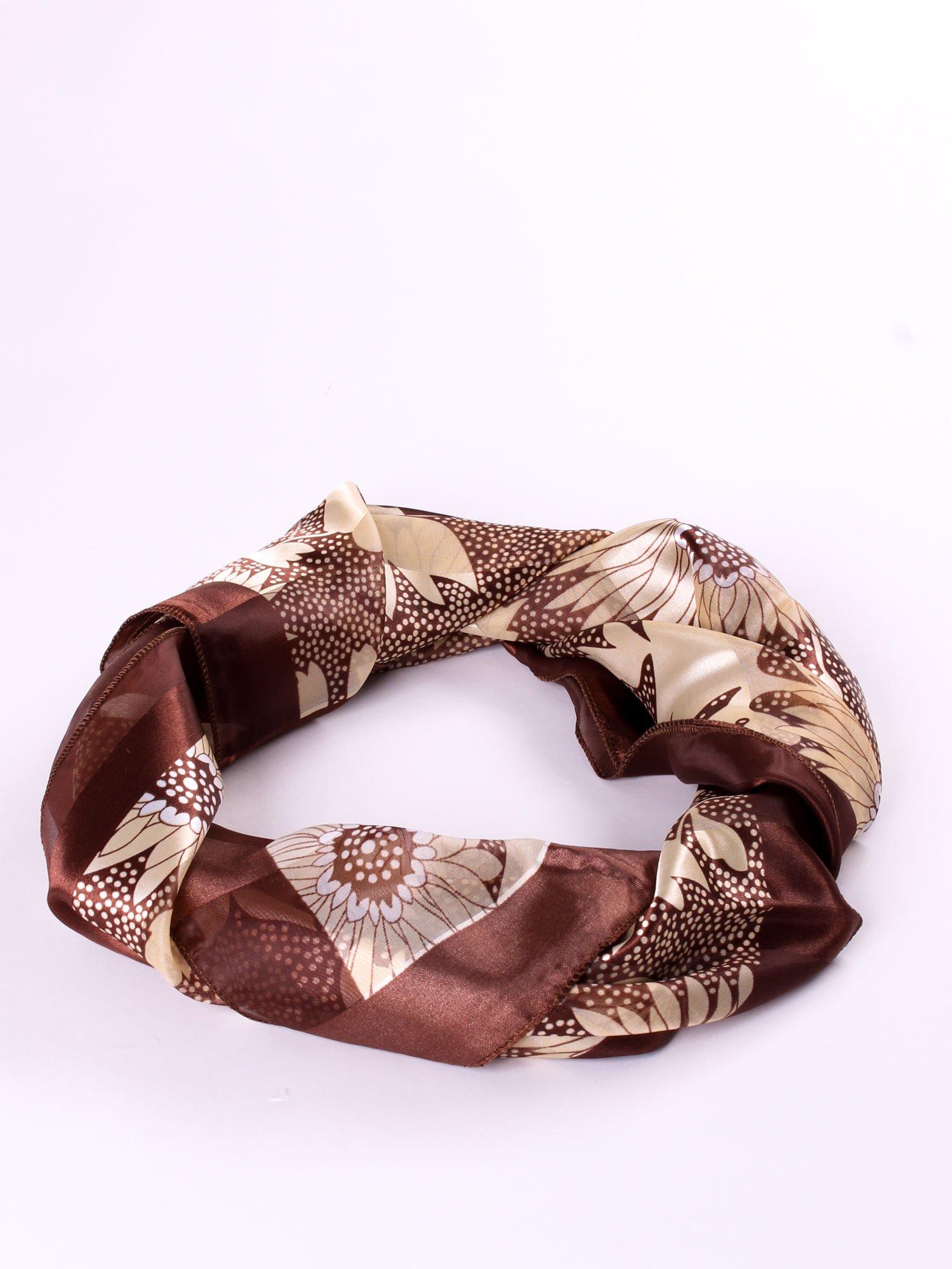 Brązowa chusta apaszka w kropki z nadrukiem kwiatów                                  zdj.                                  2
