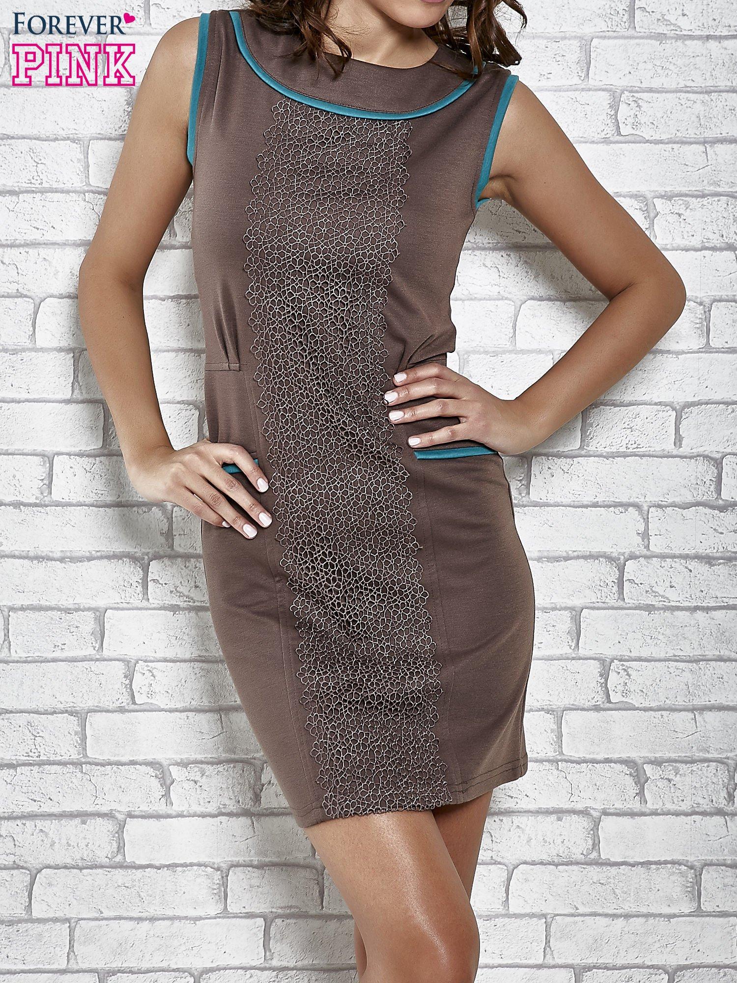 Brązowa dopasowana sukienka z pionową aplikacją                                  zdj.                                  1