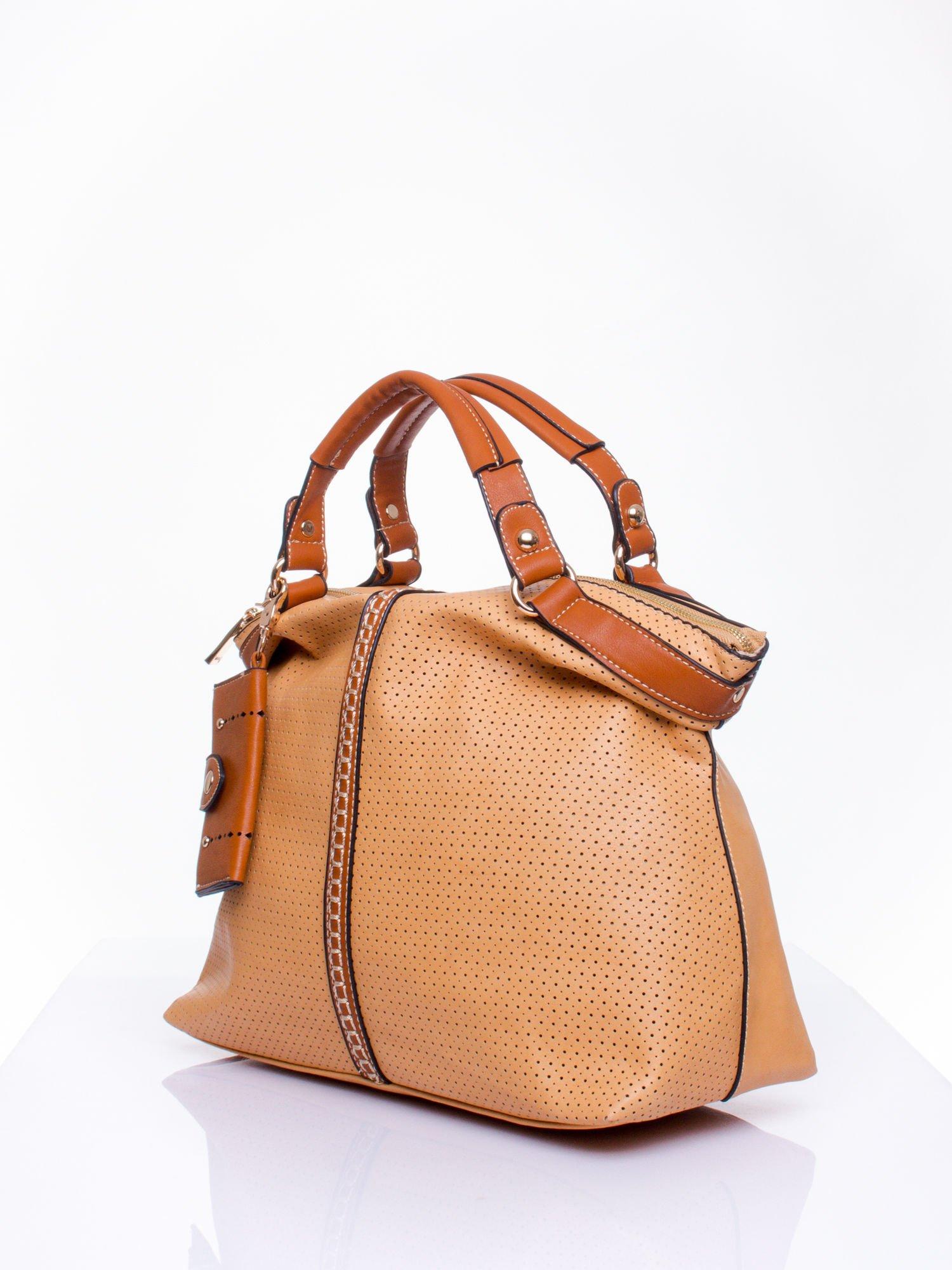Brązowa dziurkowana torba na ramię z łańcuszkiem                                  zdj.                                  2