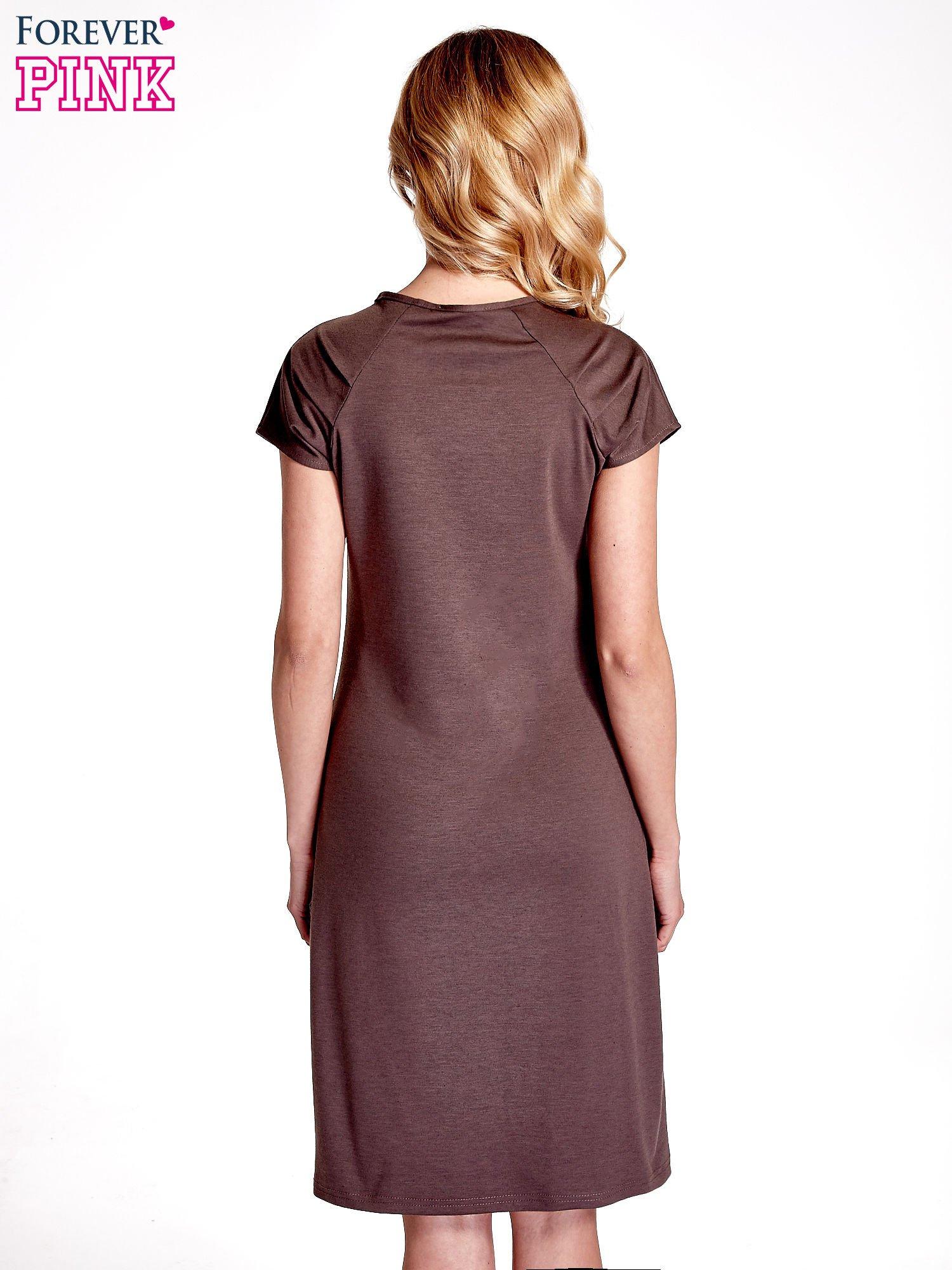 Brązowa sukienka z cekinowym wykończeniem przy dekolcie                                  zdj.                                  2