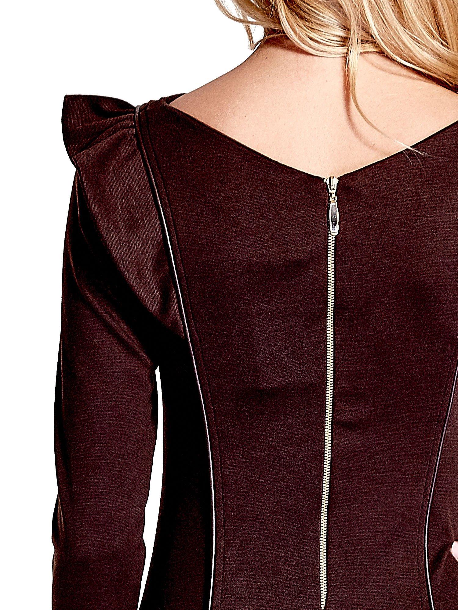 Brązowa sukienka z falbanami na ramionach                                  zdj.                                  6
