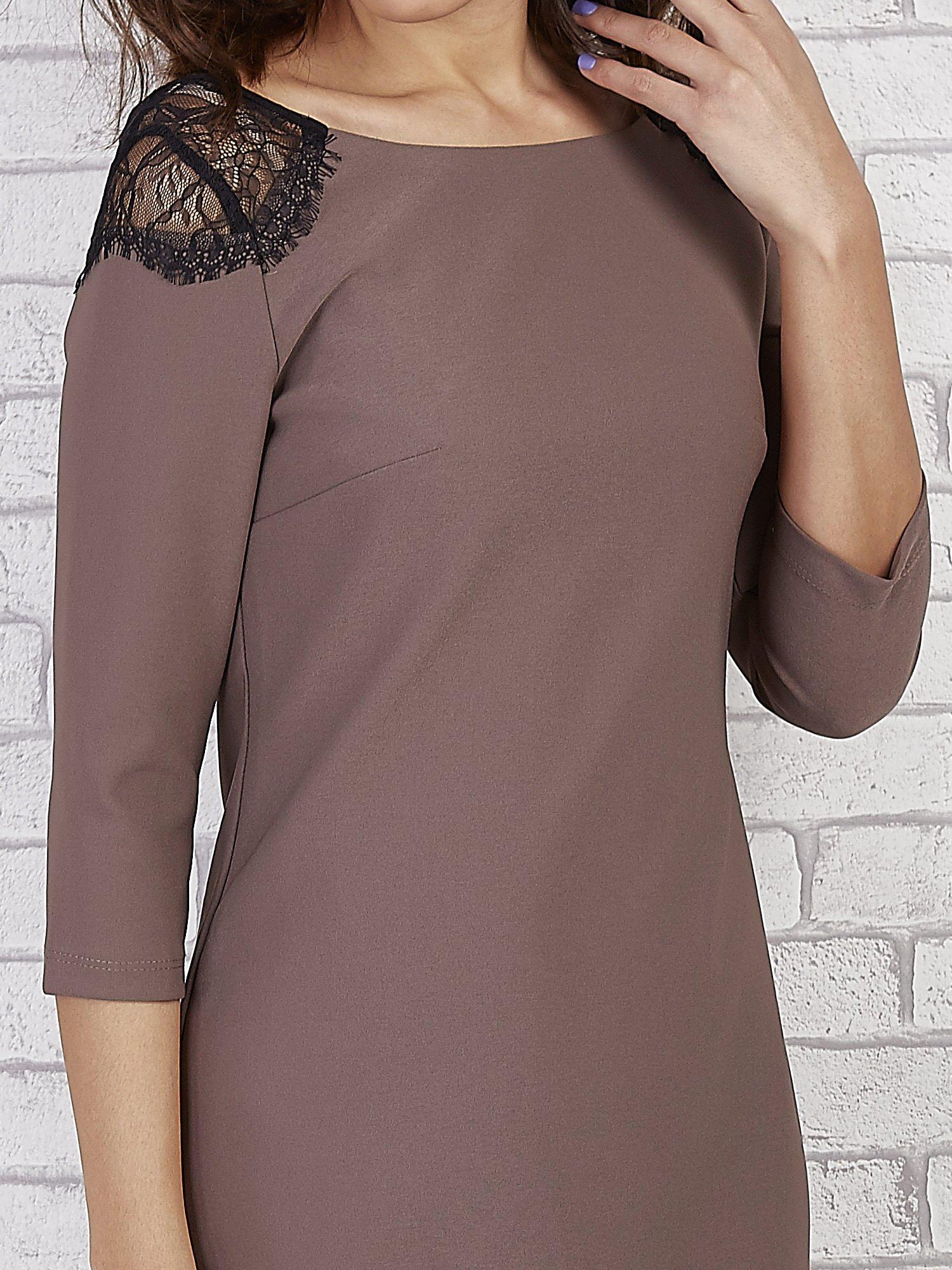 Brązowa sukienka z trójkątnym dekoltem na plecach                                  zdj.                                  5