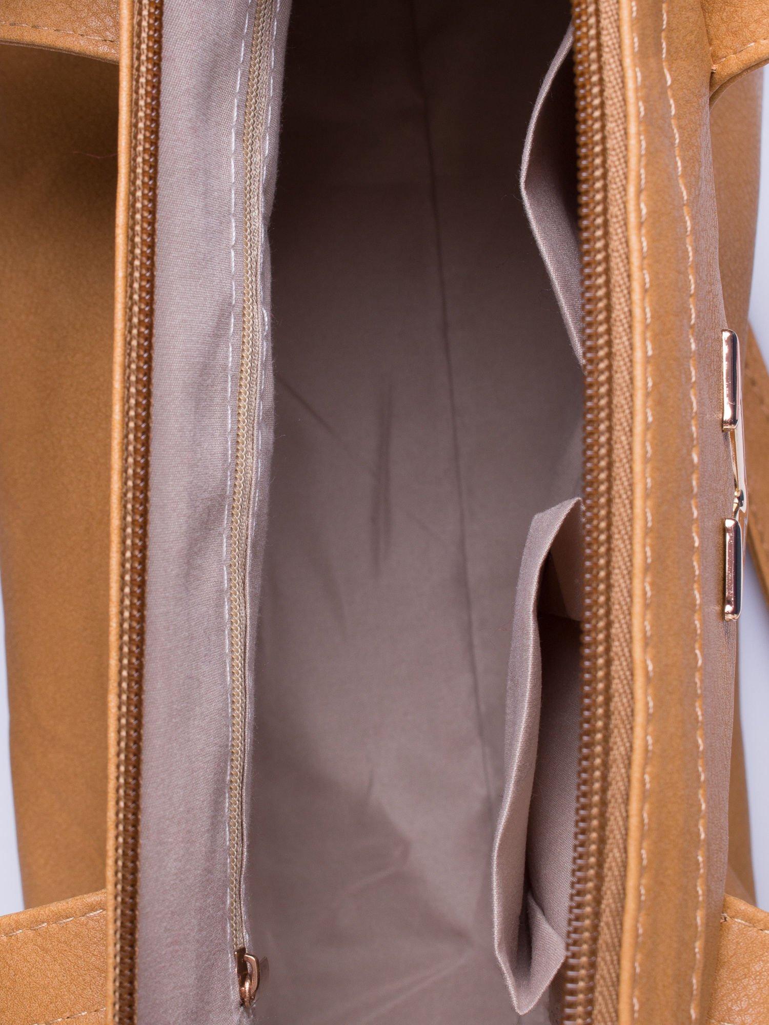 Brązowa torba na ramię ze złotym emblematem                                  zdj.                                  5