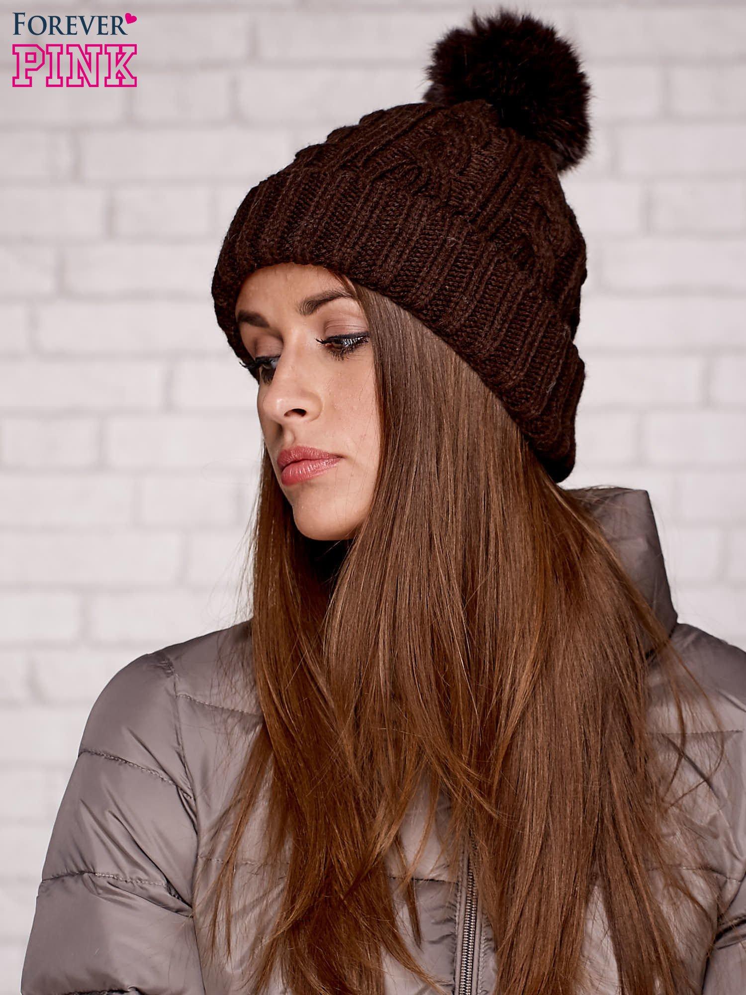 Brązowa wywijana czapka z pomponem                                  zdj.                                  1