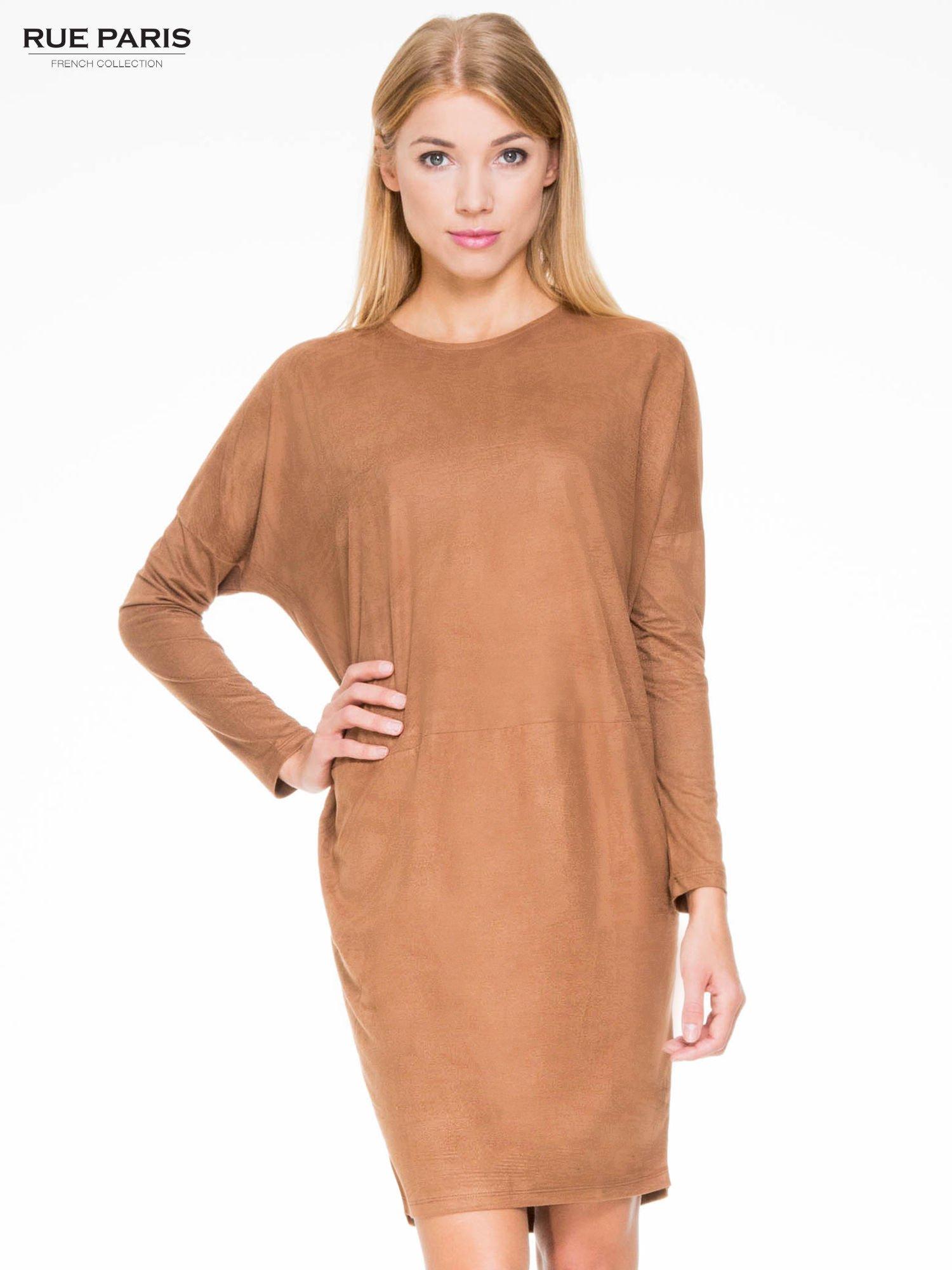 Brązowa zamszowa sukienka z luźnymi rękawami                                  zdj.                                  1