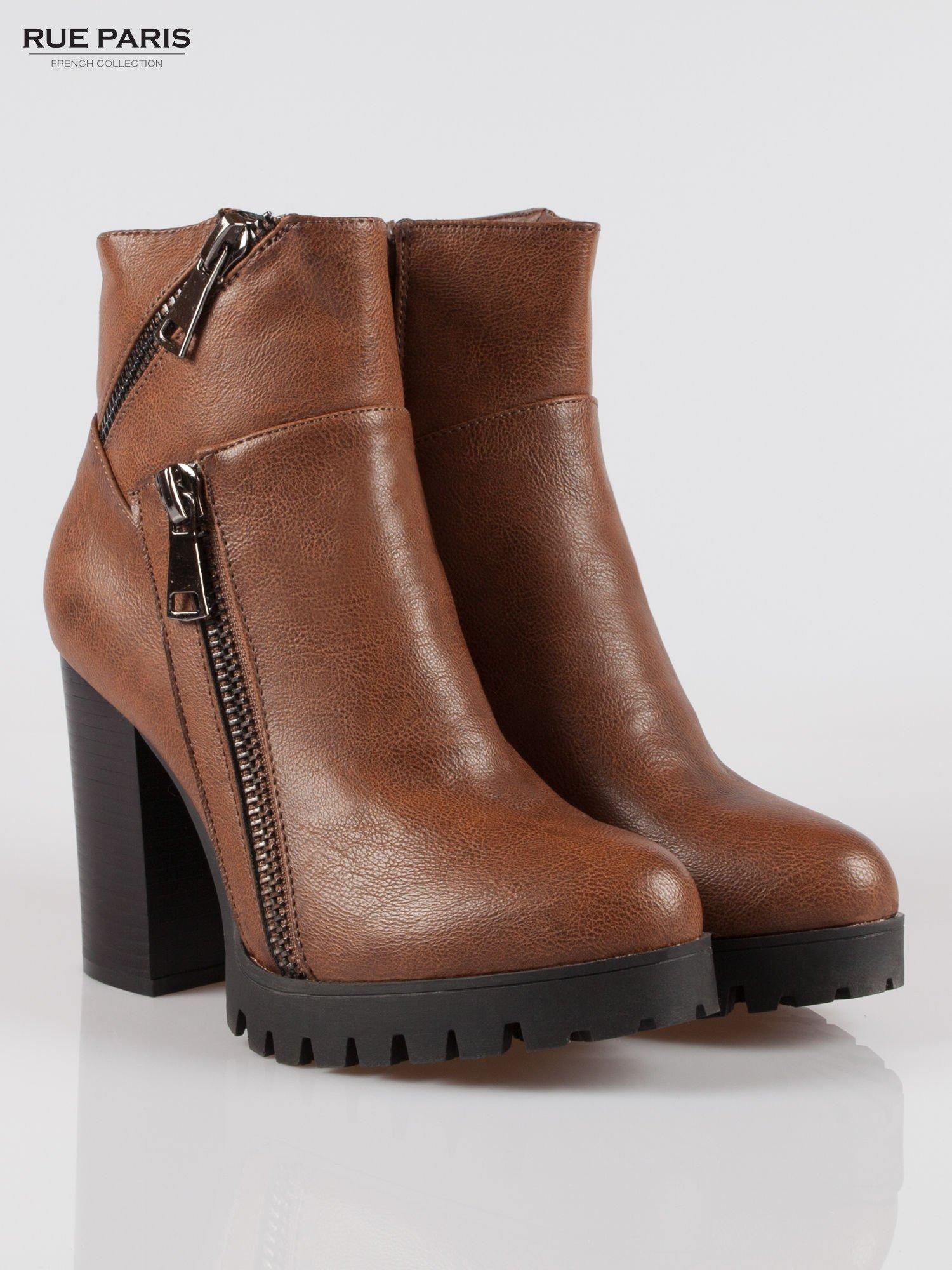 Brązowe botki na słupku z zamkami w stylu biker boots                                  zdj.                                  2