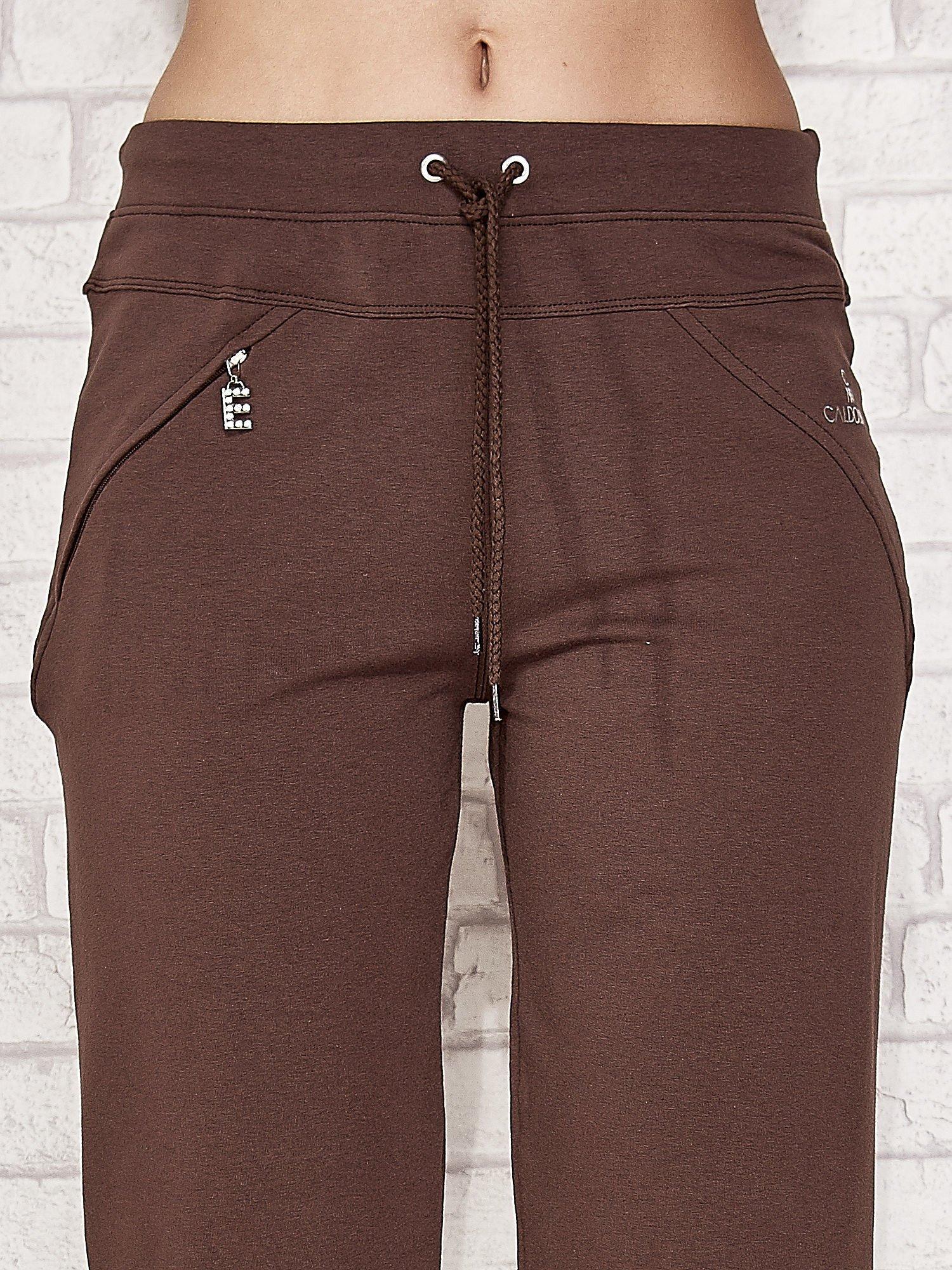 Brązowe spodnie dresowe capri z kieszonką                                  zdj.                                  4