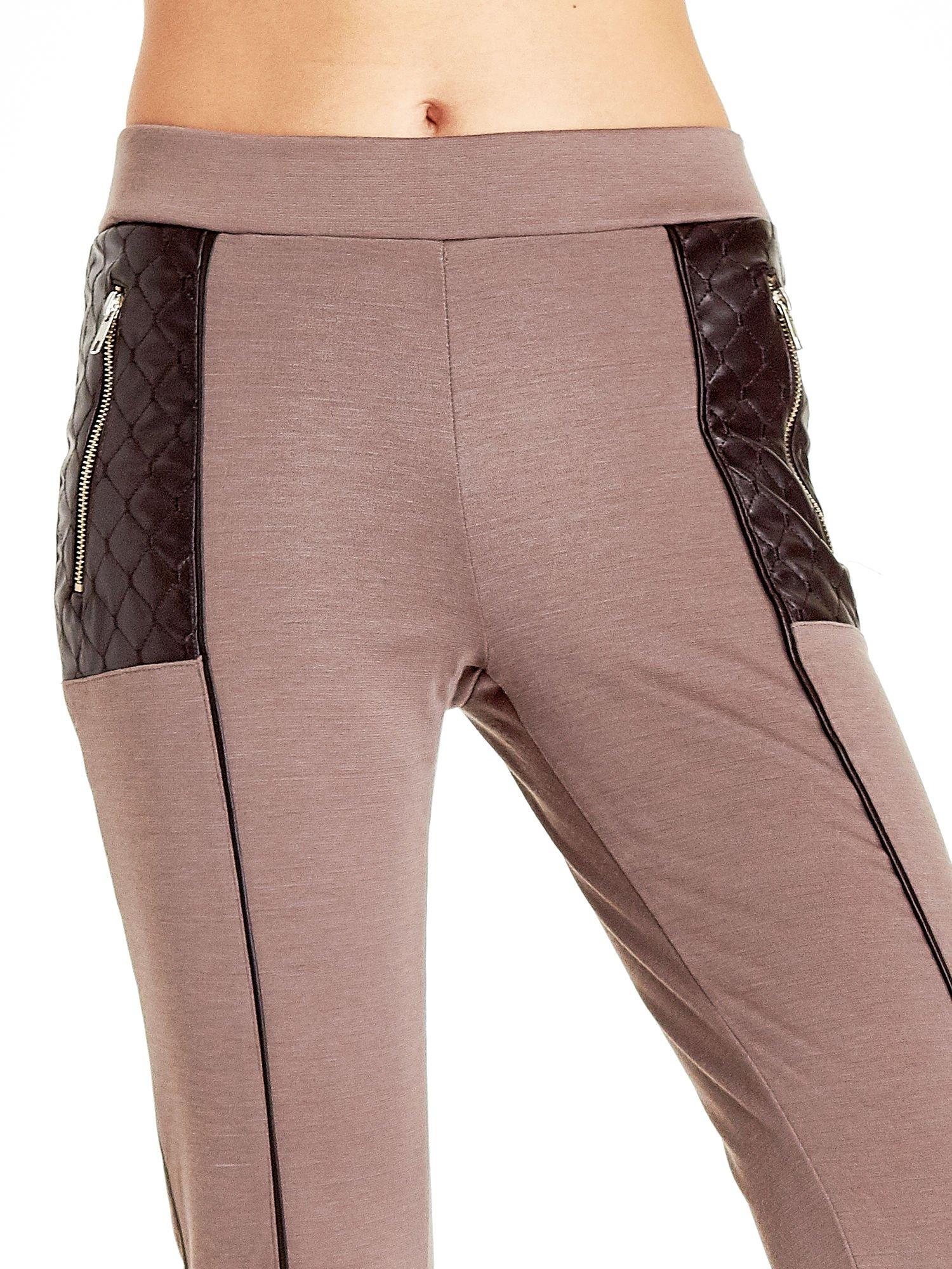 Brązowe spodnie w stylu motocyklowym ze skórzanymi wstawkami i suwakami                                  zdj.                                  4