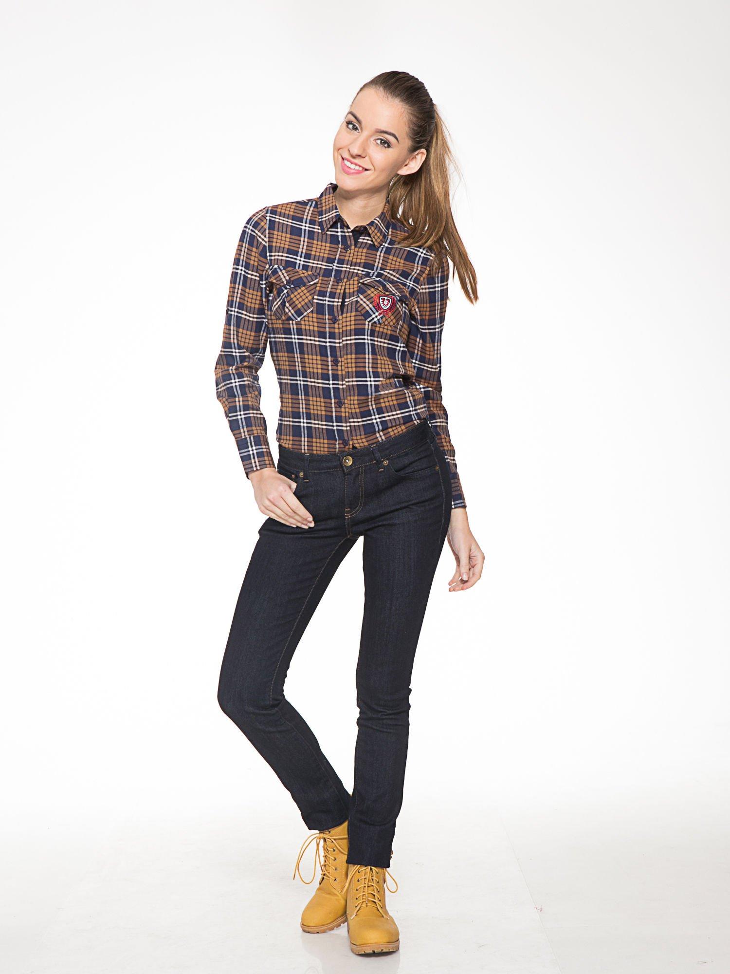 Brązowo-granatowa damska koszula w kratę z kieszonkami i naszywką                                  zdj.                                  11