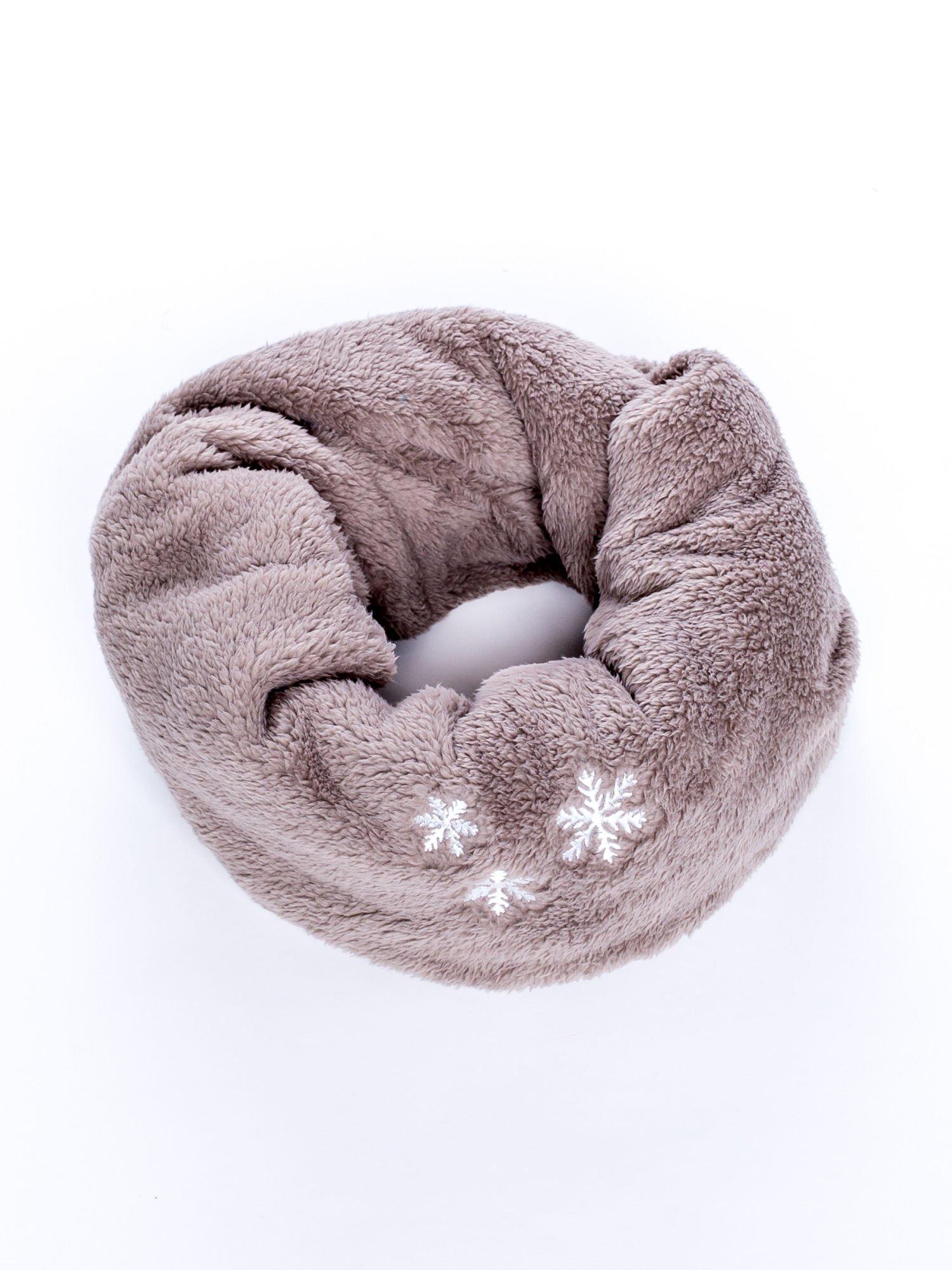 Brązowy pluszowy komin zimowy z nadrukiem śnieżynek                                  zdj.                                  2