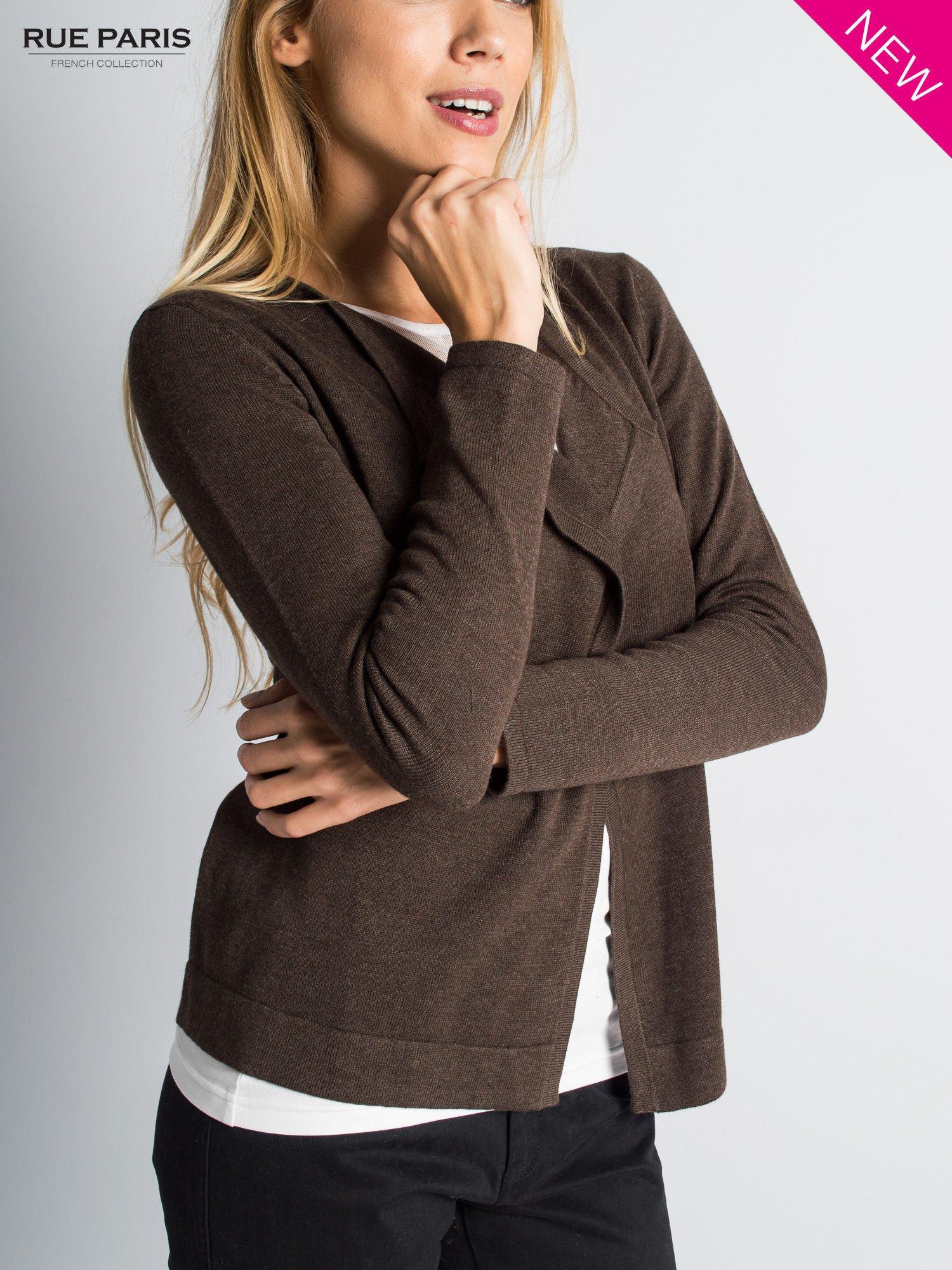 Brązowy sweter narzutka z kaskadowymi bokami                                  zdj.                                  5