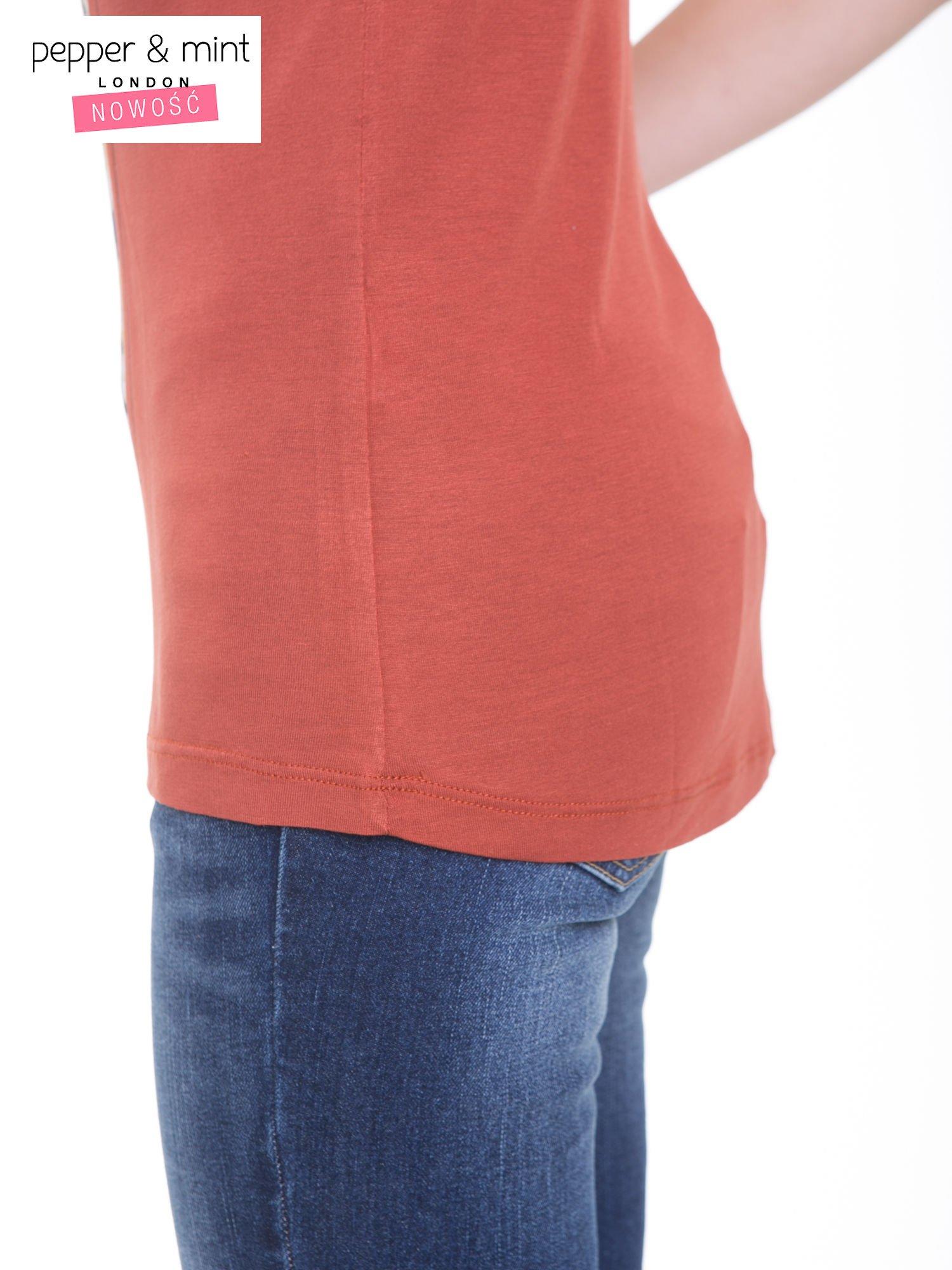 Brązowy t-shirt z kwiatowym nadrukiem i napisem UNIMAGINABLE SENSE                                  zdj.                                  9