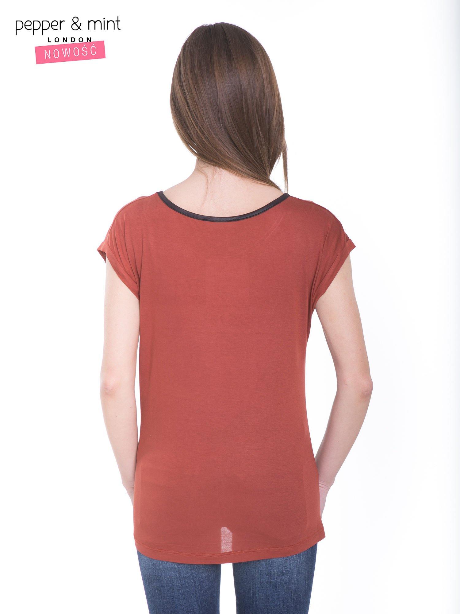 Brązowy t-shirt z kwiatowym nadrukiem i napisem UNIMAGINABLE SENSE                                  zdj.                                  4