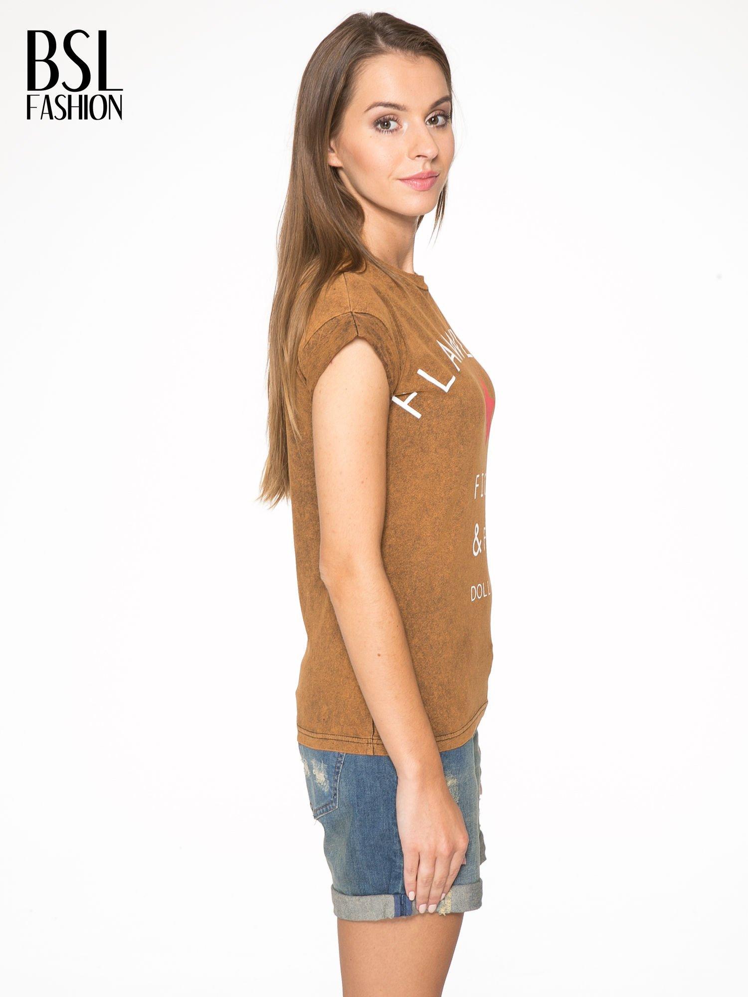 Brązowy t-shirt z nadrukiem DOLLYWOOD                                  zdj.                                  3