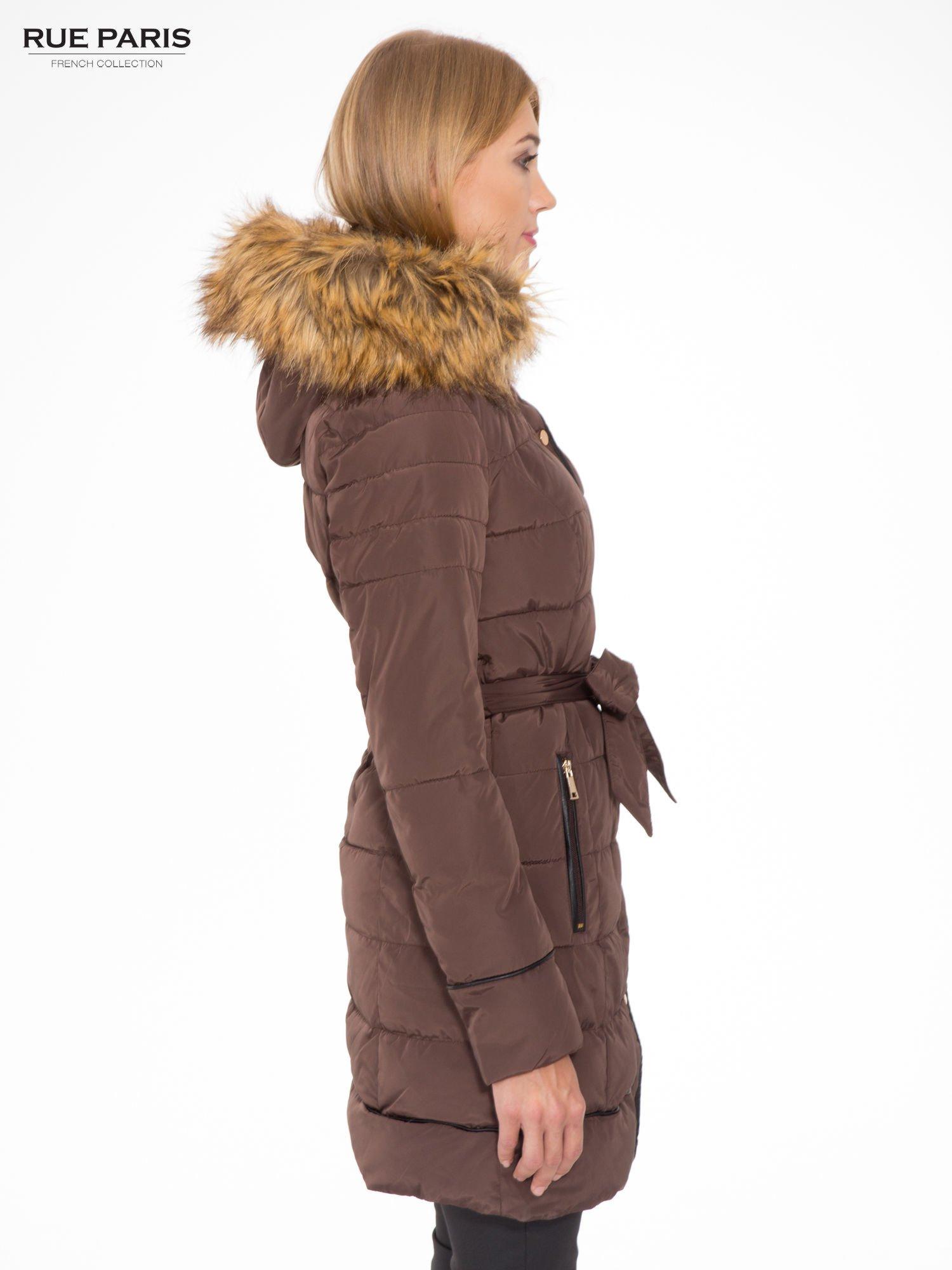 Brązowy taliowany płaszcz puchowy z kapturem z futerkiem                                  zdj.                                  3