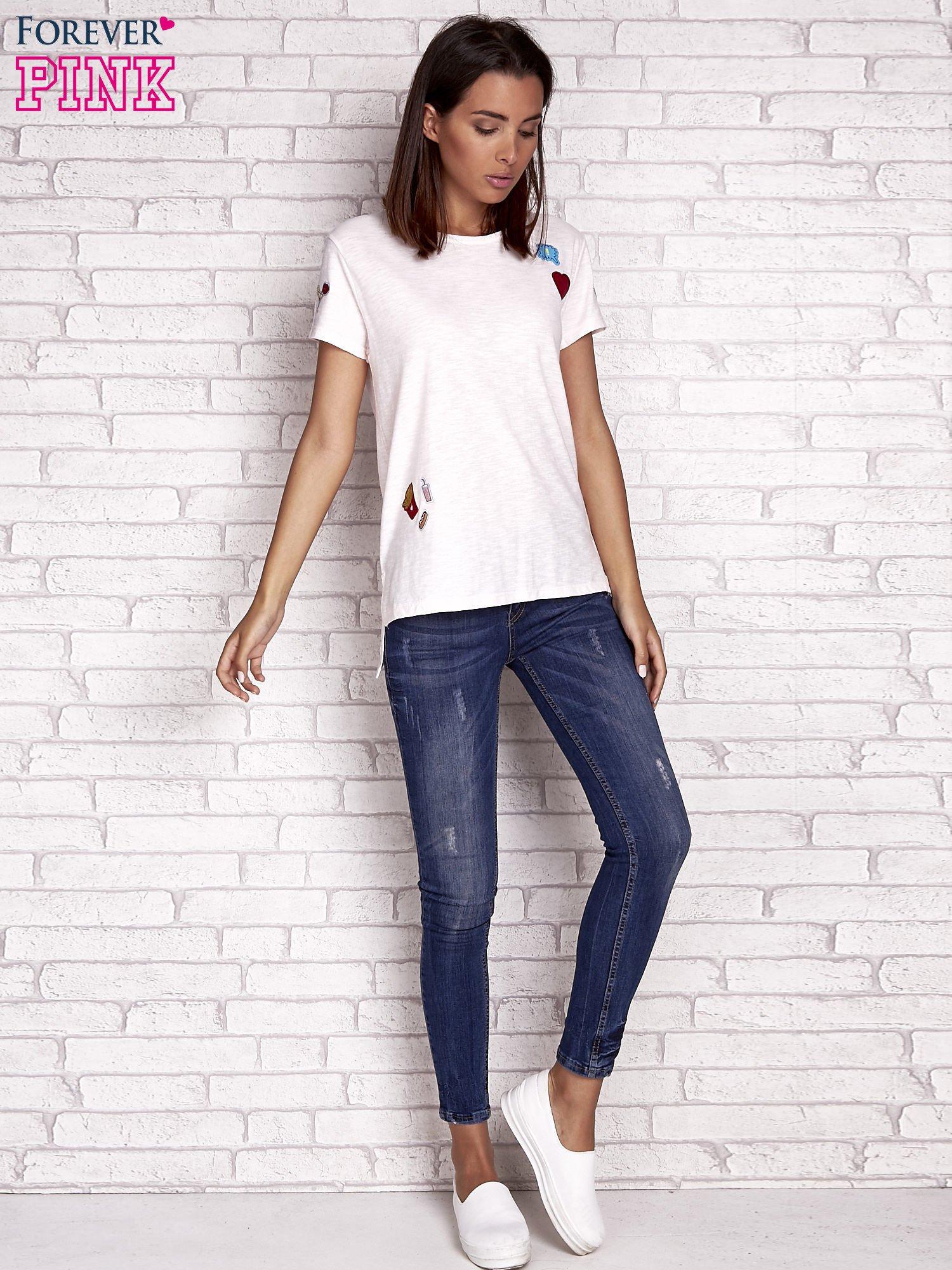 Brzoskwiniowy t-shirt z kolorowymi naszywkami                                  zdj.                                  2