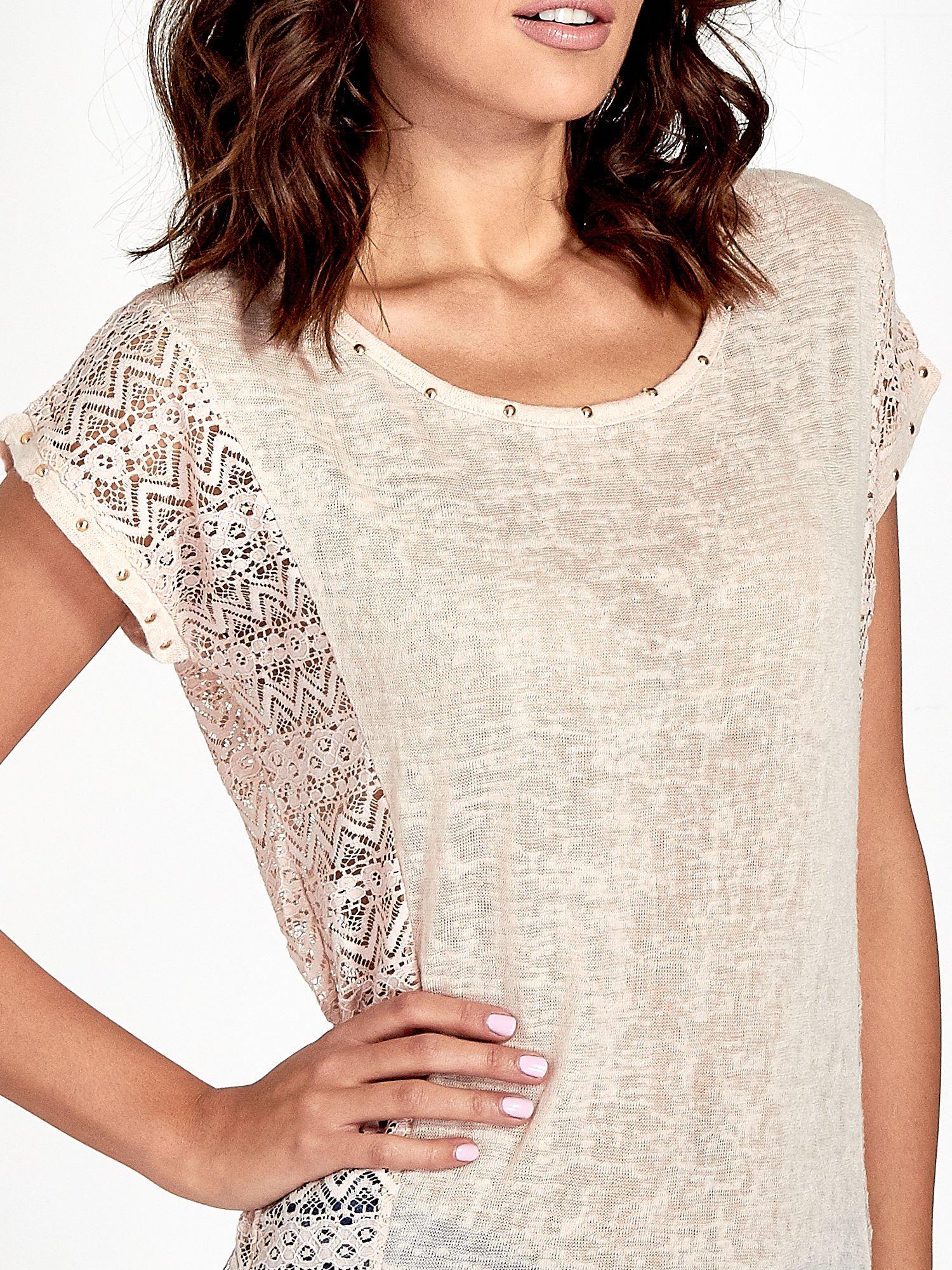 Brzoskwiniowy t-shirt z koronkowym tyłem i dżetami                                  zdj.                                  5
