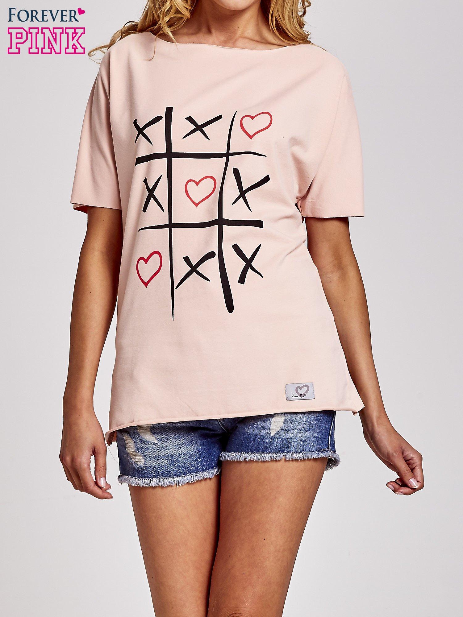 Brzoskwiniowy t-shirt z motywem serce i krzyżyk                                  zdj.                                  1