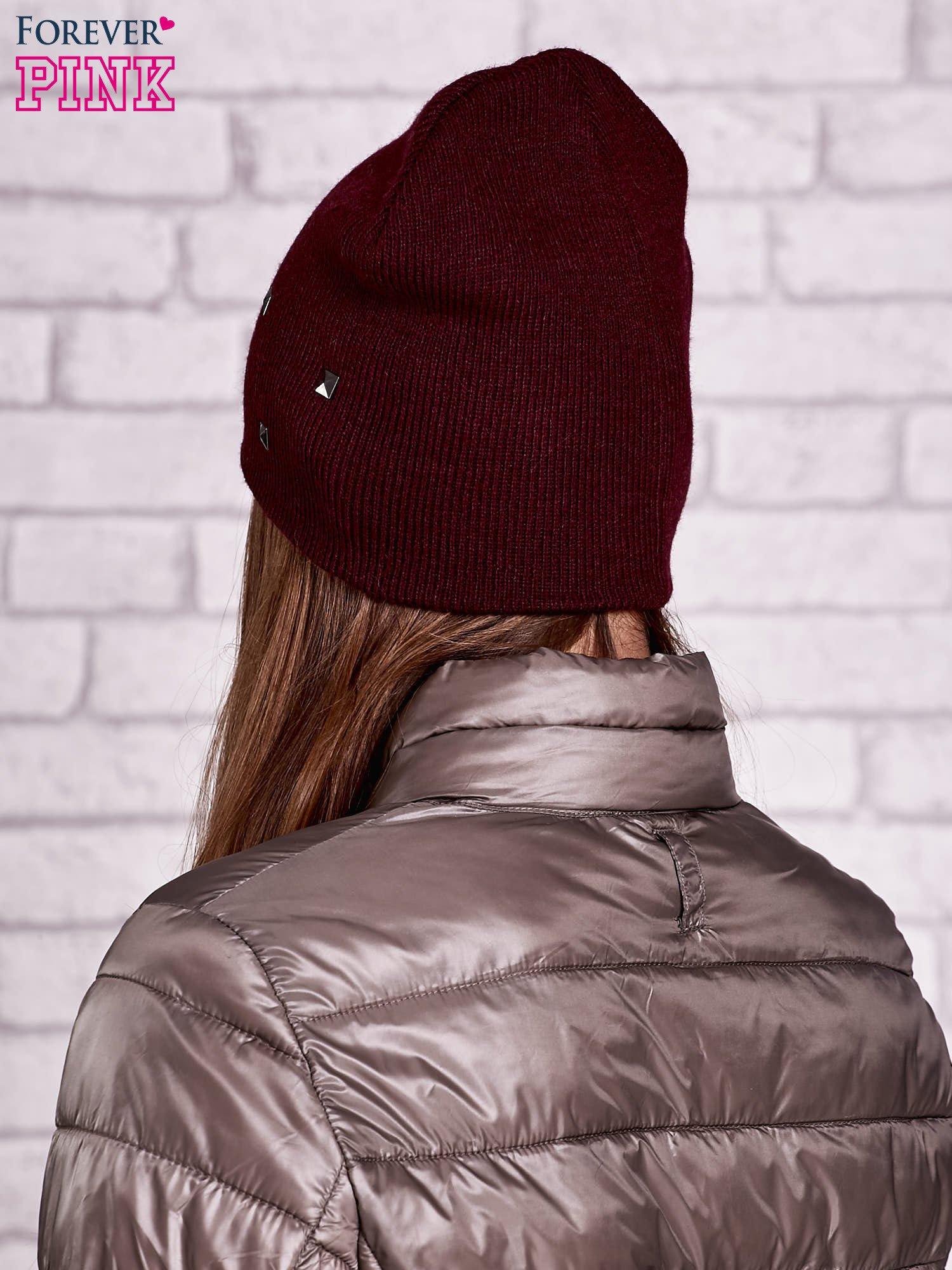 Burgundowa czapka z metalowymi dżetami                                  zdj.                                  2