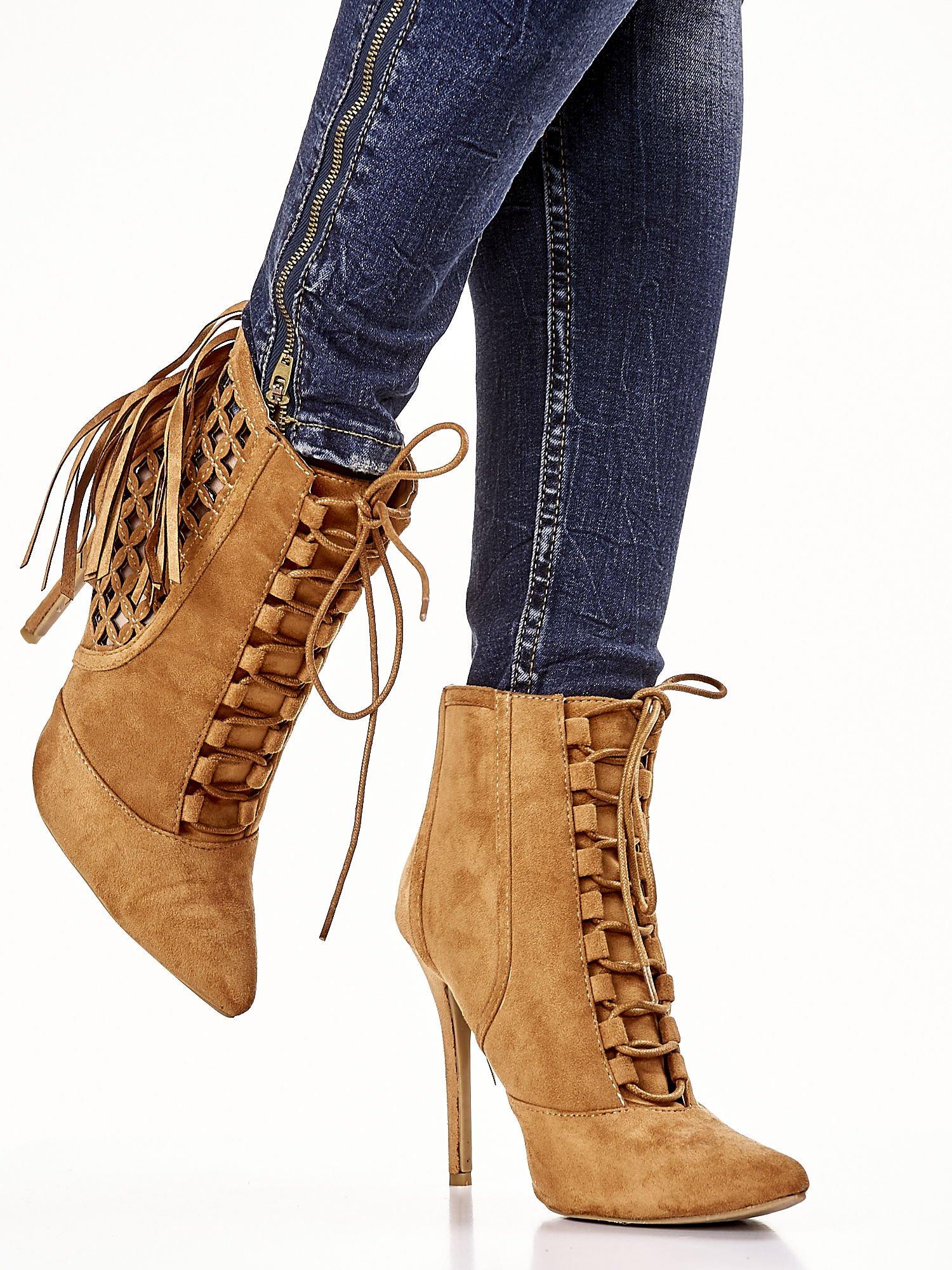 Camelowe ażurowe botki faux suede Florence z frędzlami                                  zdj.                                  1