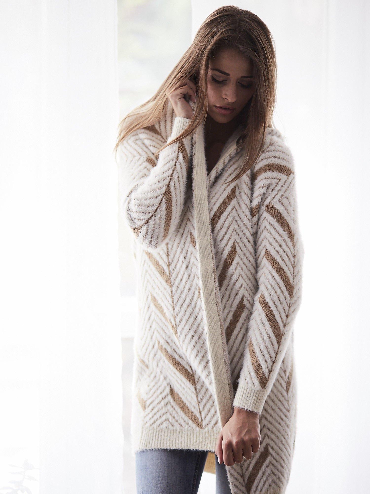 Camelowy włochaty sweter z kapturem                                  zdj.                                  1