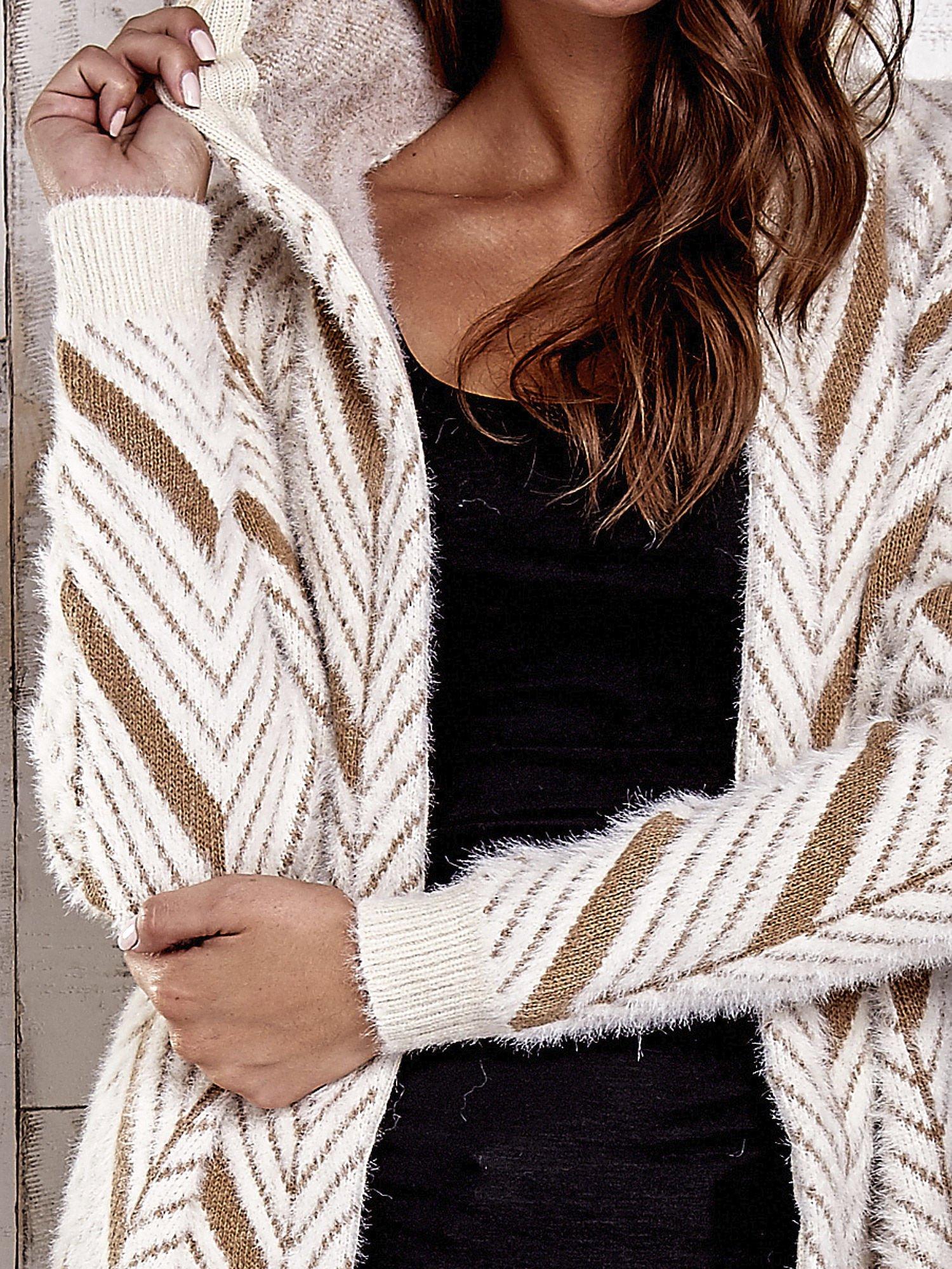 Camelowy włochaty sweter z kapturem                                  zdj.                                  9