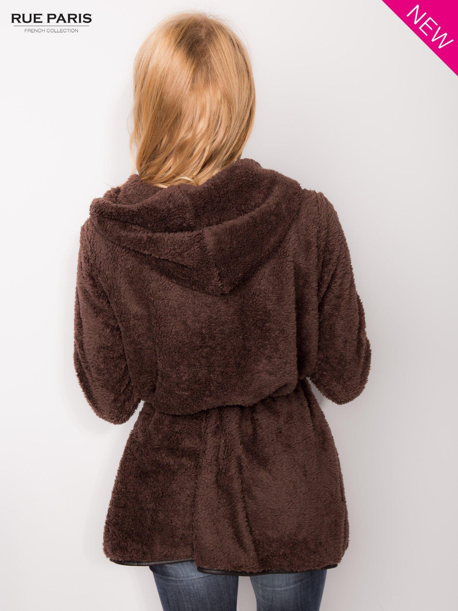 Ciemnobrązowa bluza z kapturem ze skórzanym paskiem i lamówką                                  zdj.                                  5
