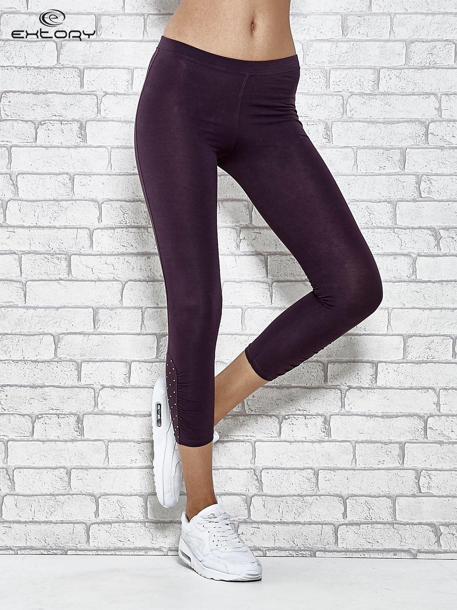 Ciemnofioletowe legginsy sportowe z aplikacją z dżetów na nogawkach                                  zdj.                                  1