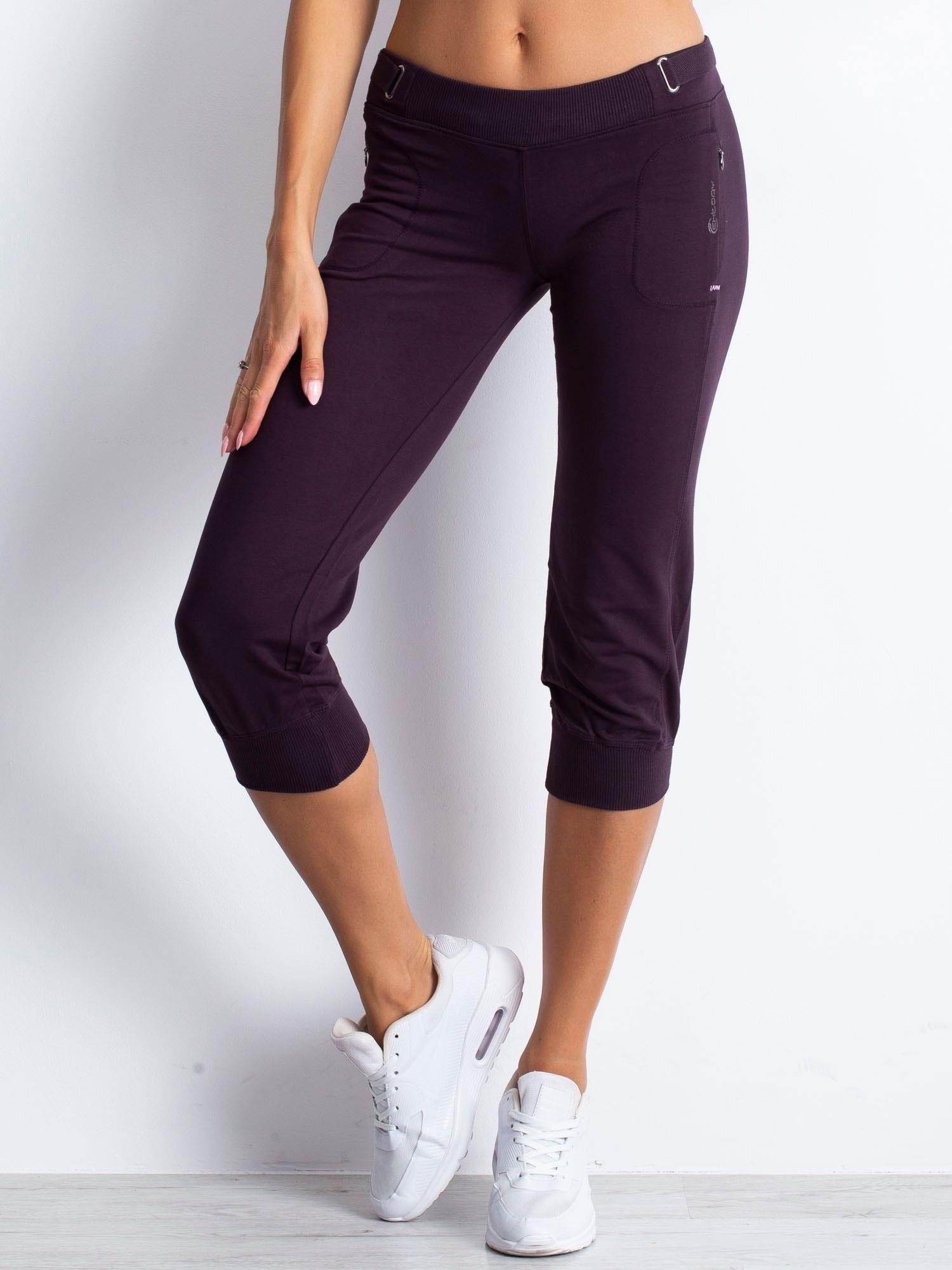 Ciemnofioletowe spodnie dresowe capri z materiałowym paskiem                                  zdj.                                  4