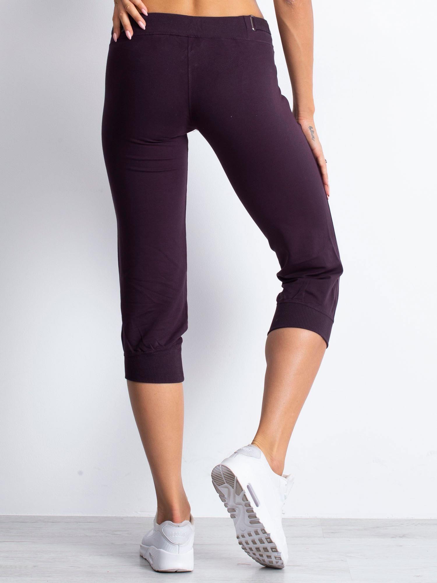 Ciemnofioletowe spodnie dresowe capri z materiałowym paskiem                                  zdj.                                  3